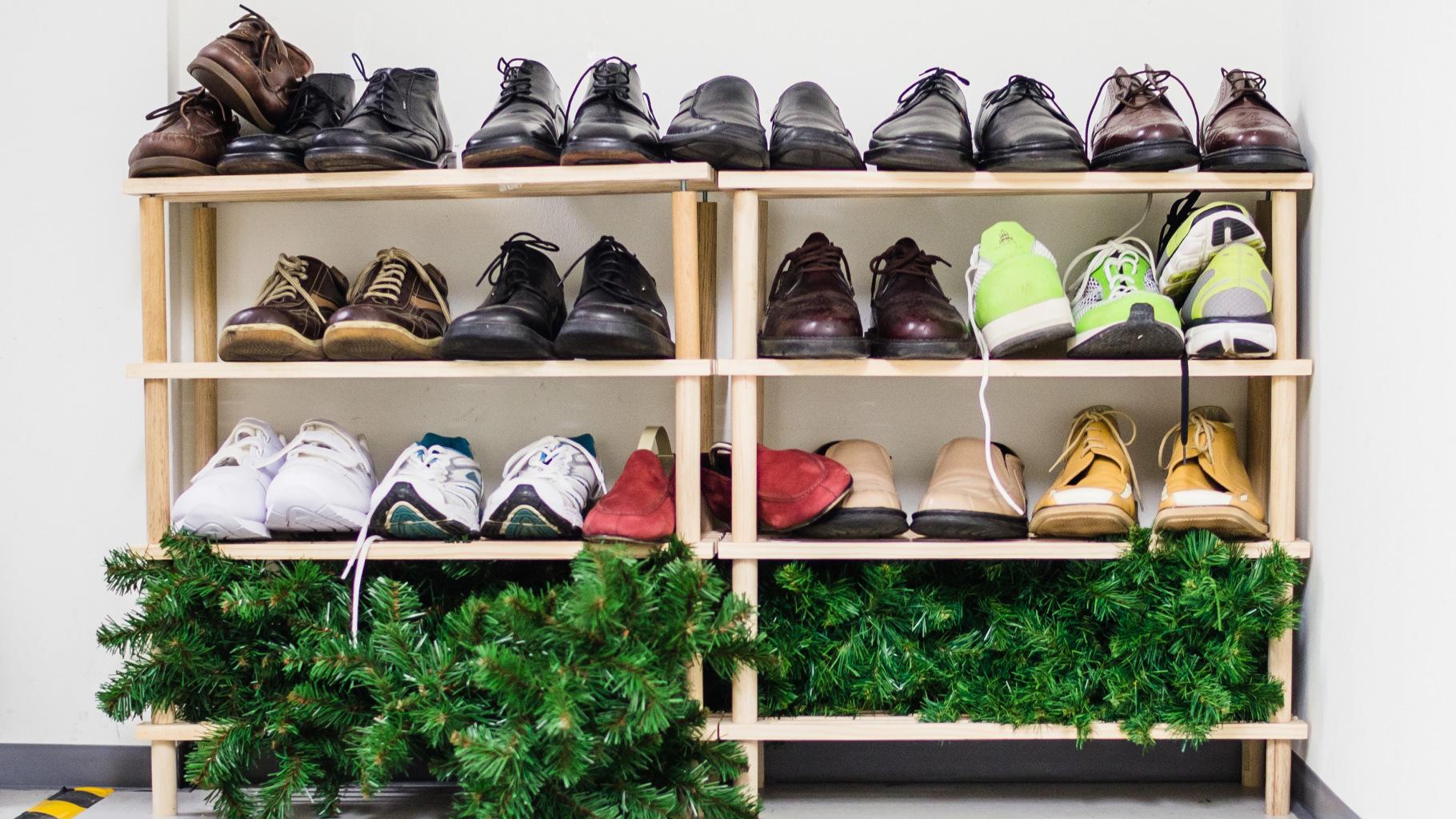 Schuhe aus dem Oxfam Shop im Regal