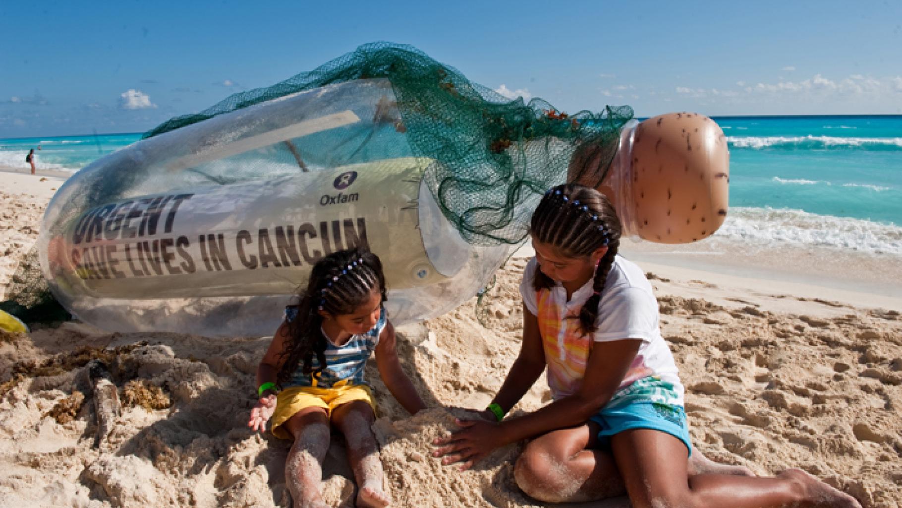 Am Strand von Cancún wird eine riesige Flaschenpost angeschwemmt