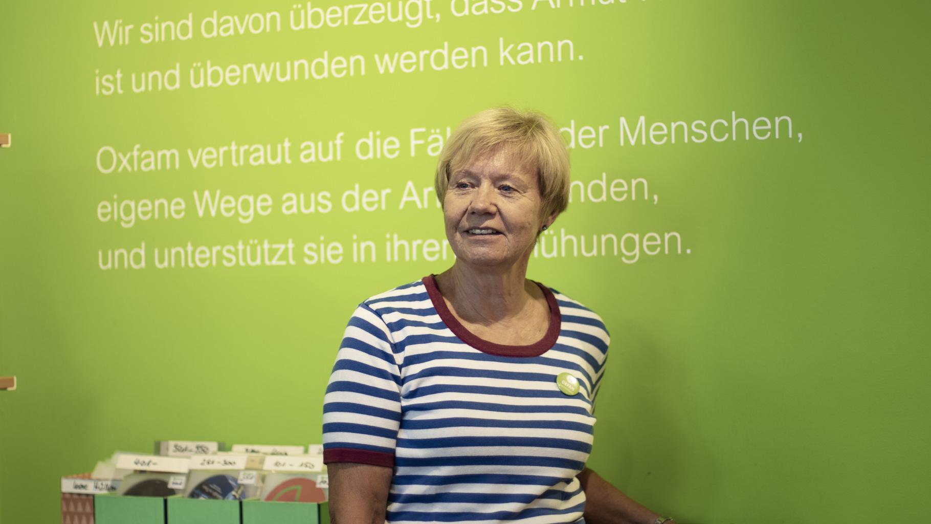 Die Ehrenamtliche Gabriele Sarteh im Oxfam Shop Bonn
