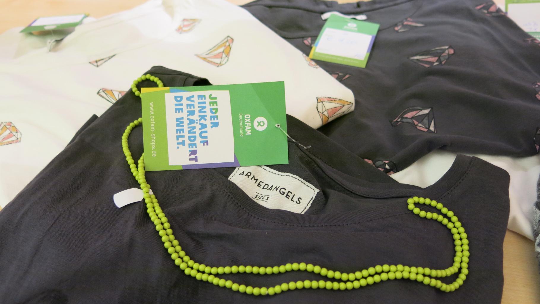 Kleidung von der Marke Armed Angels im Oxfam Shop