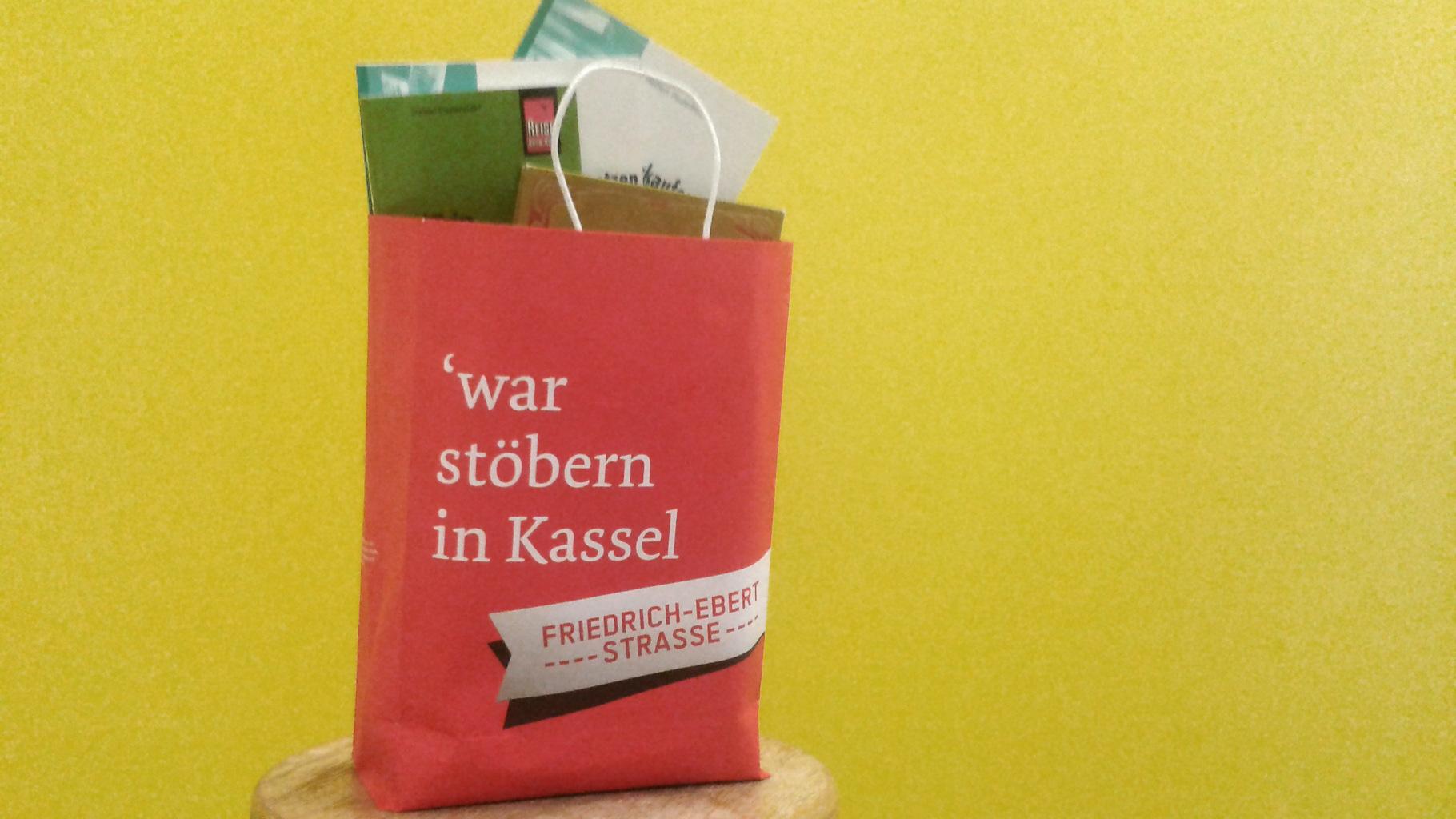 beliebte Verkaufsaktion in Kassel: Bücher in Tüten