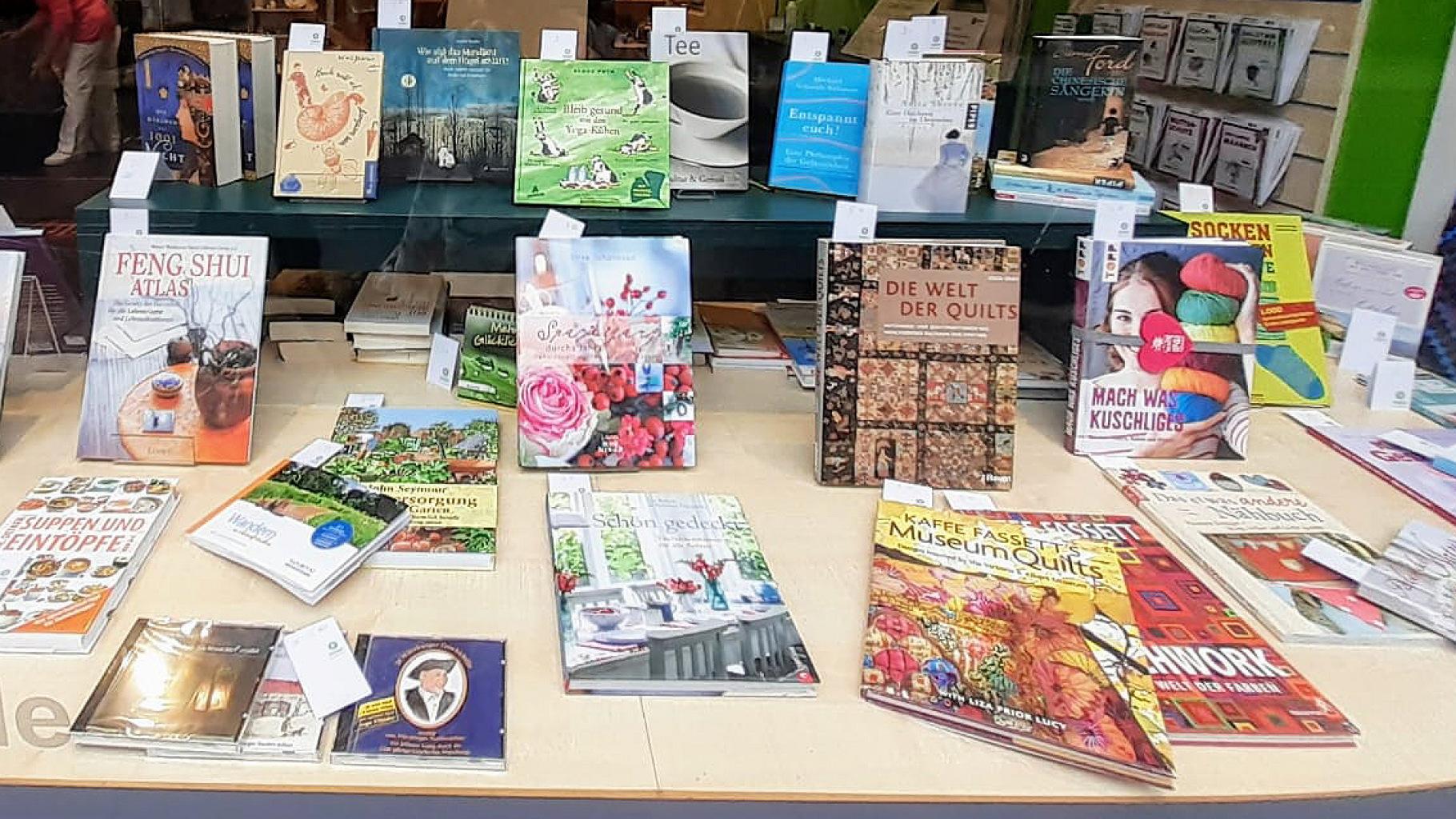 Bücher für jedes Hobby im Schaufenster eines Oxfam Shops