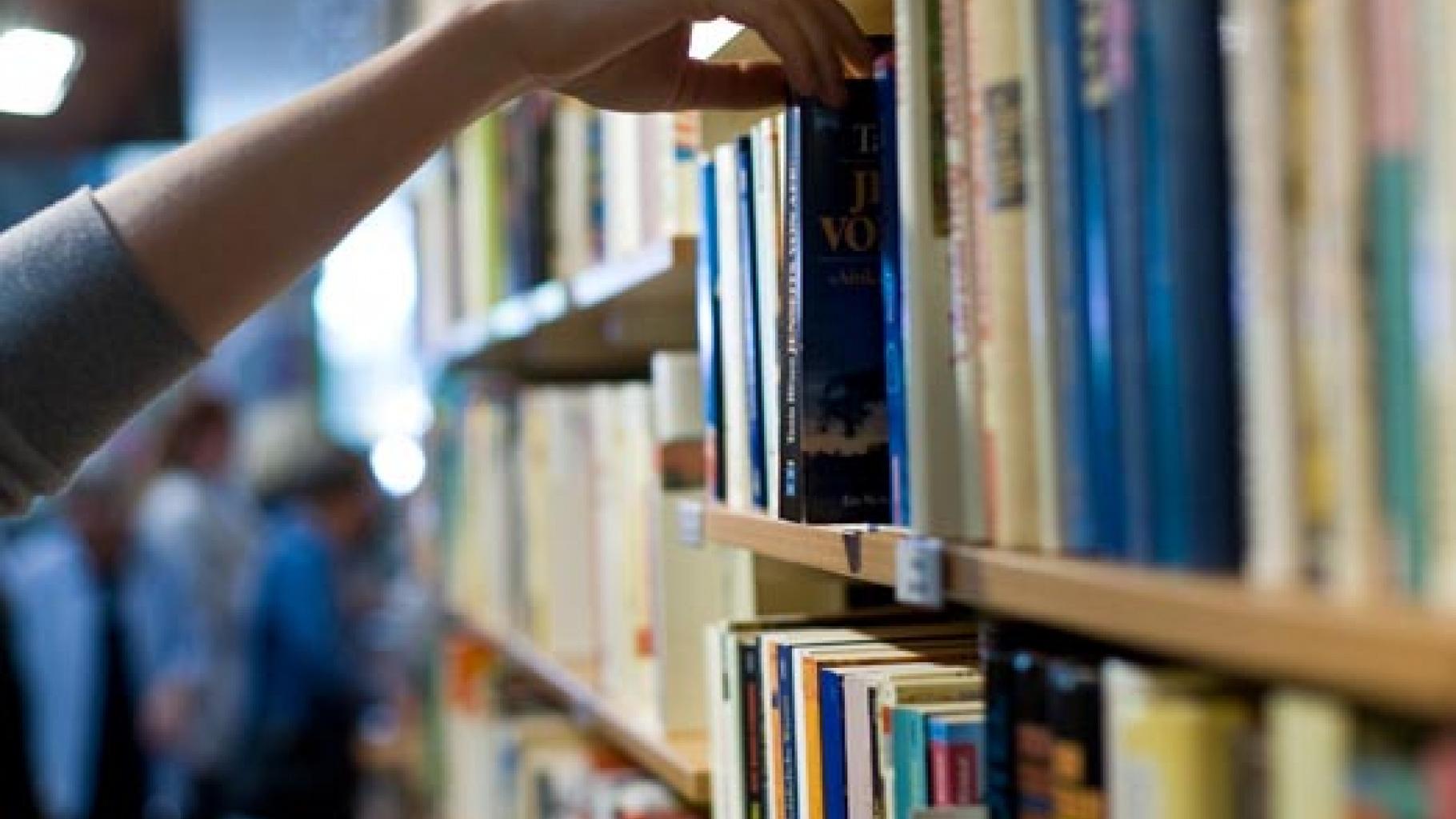 Bücherregal im Oxfam Shop