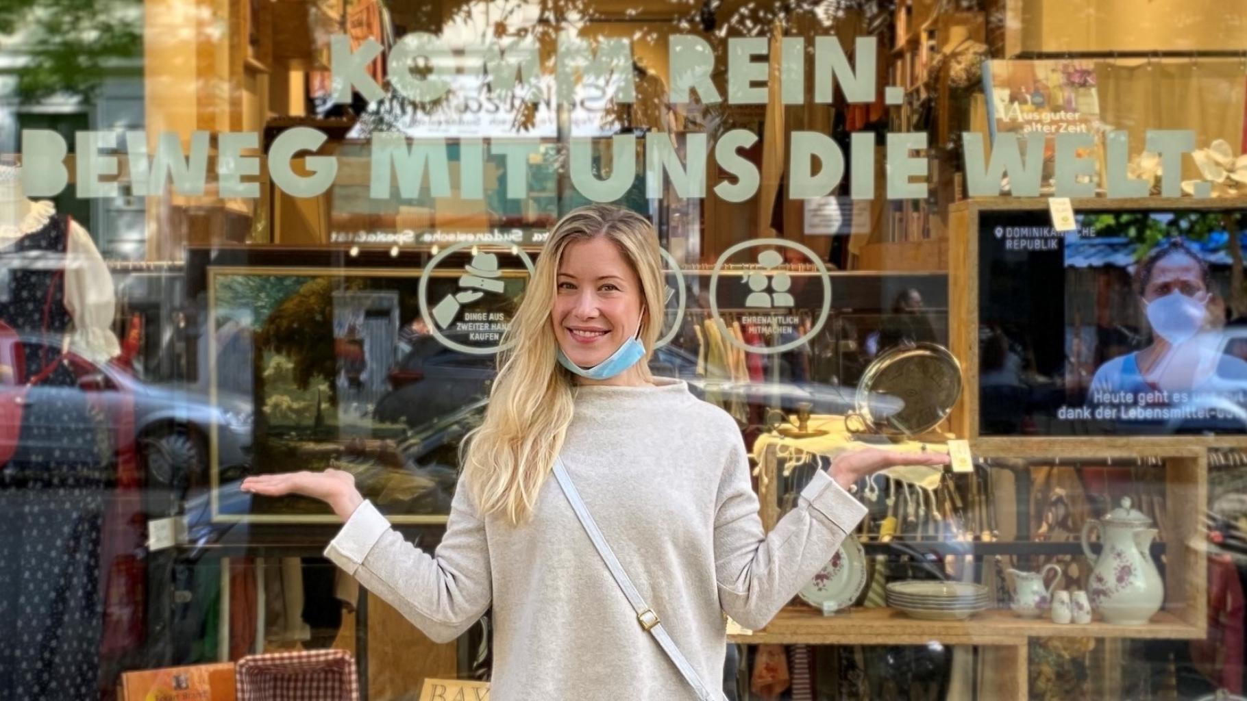 Die Ehrenamtliche Camille Bühler vor dem Oxfam Shop Berlin-Kreuzberg