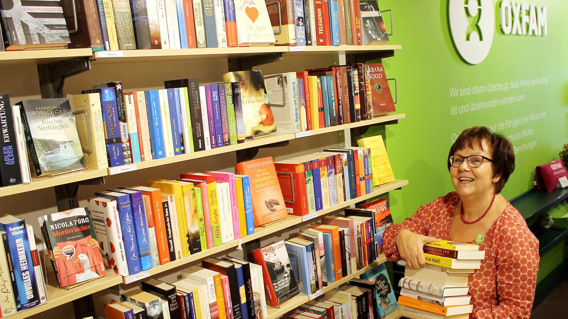 Die Ehrenamtliche Claudia Arnhold im Oxfam Shop Erfurt