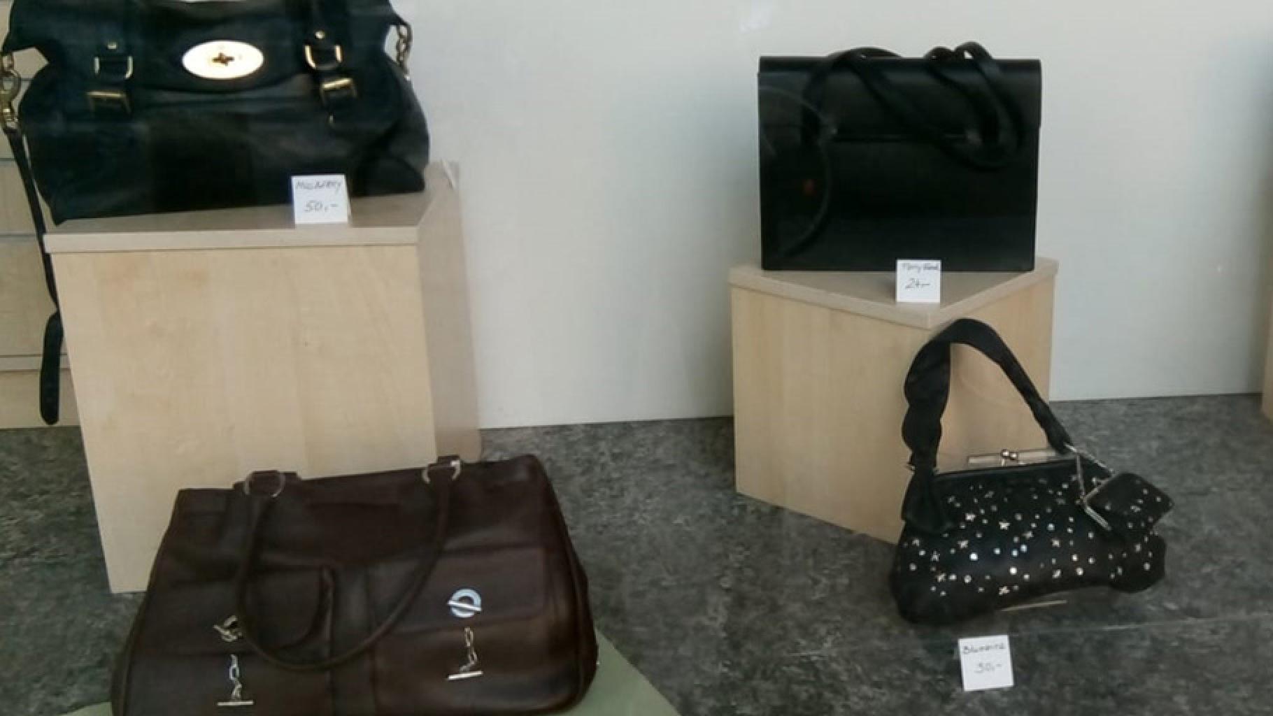 Edle Taschen im Schaufenster eines Oxfam Shops