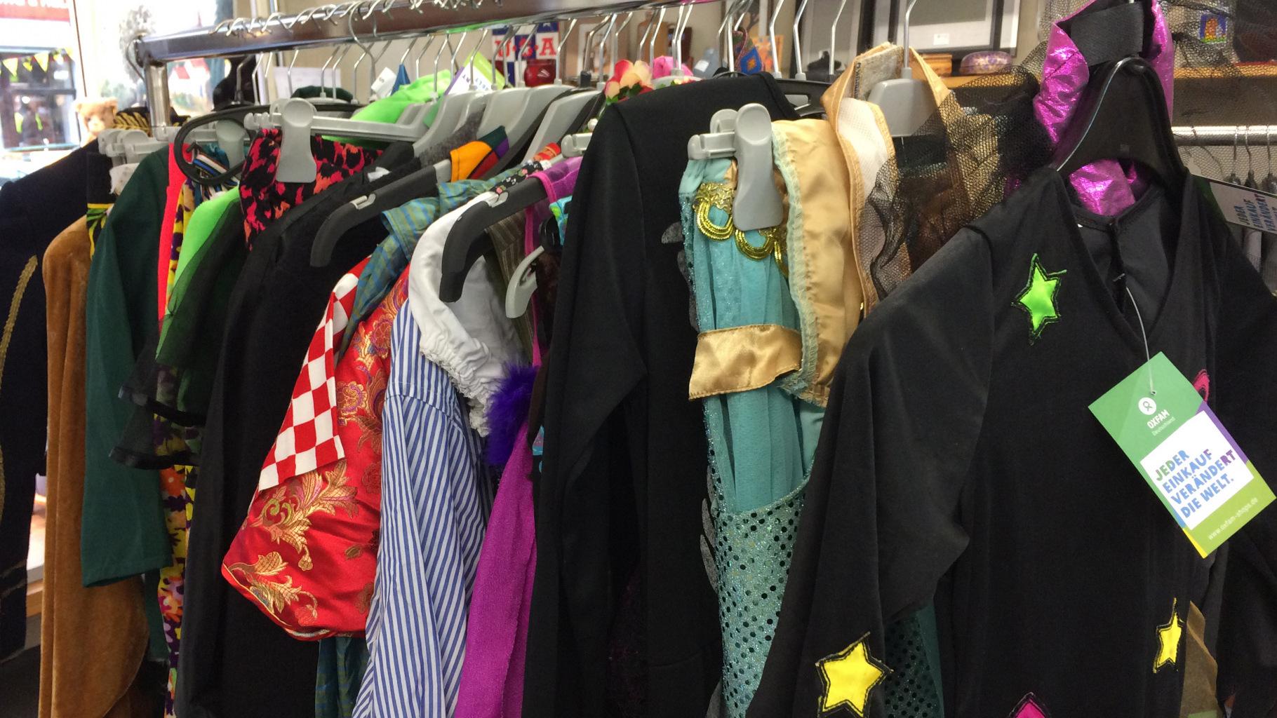 Kostüme und Karnevalsartikel gibt es im Oxfam Shop