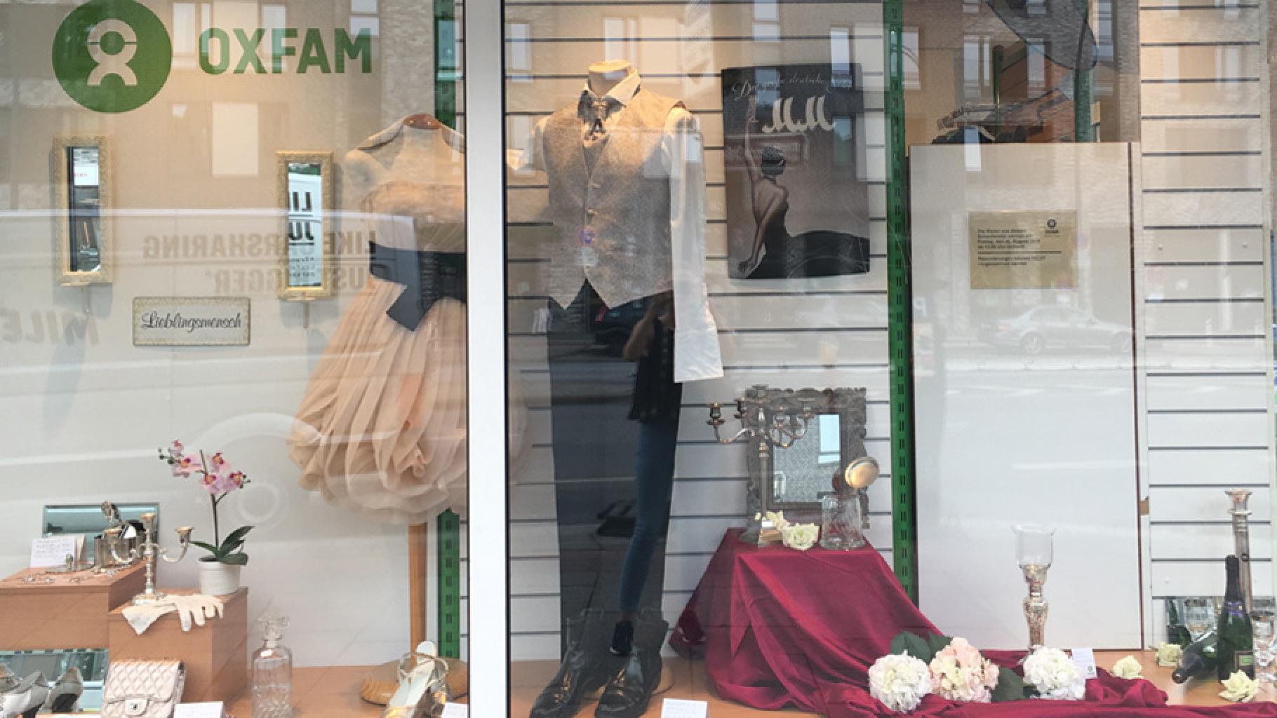 Festliche Kleidung im Schaufenster eines Oxfam Shops