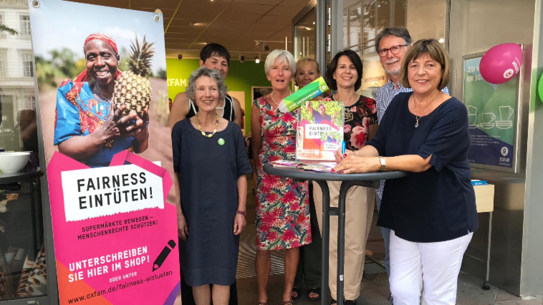 """Ulla Schmidt unterschreibt Oxfam-Kampagne """"Fairness eintüten!"""""""