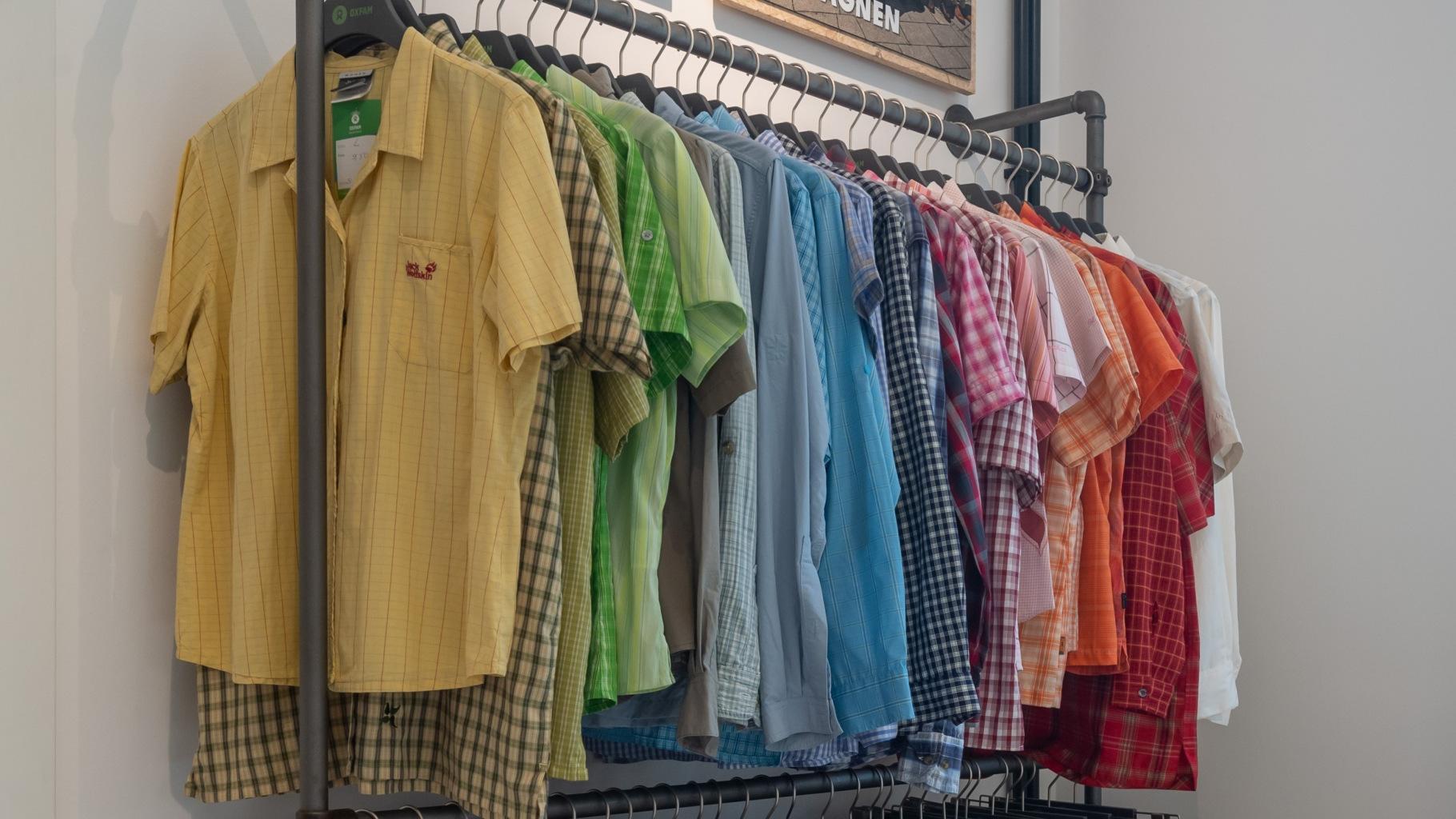 Hemden im Oxfam Shop
