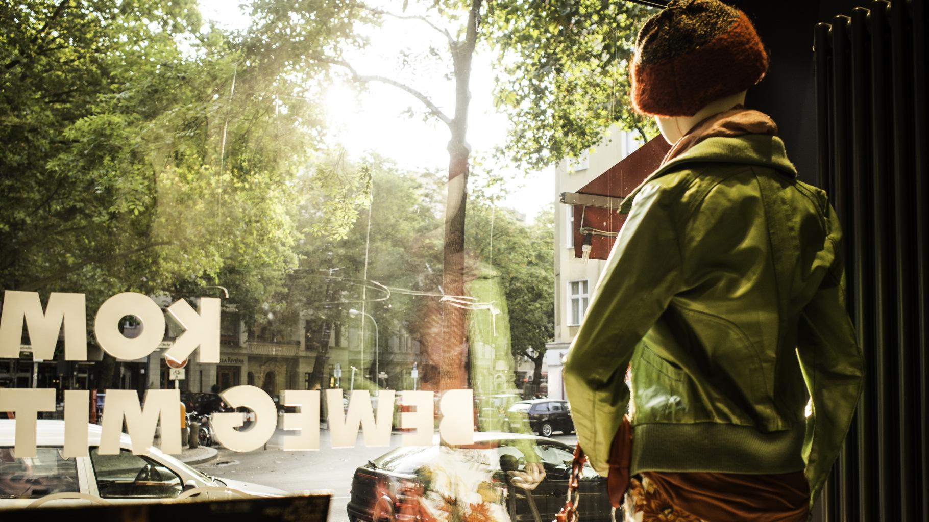 Herbstmode im Schaufenster eines Oxfam Shops