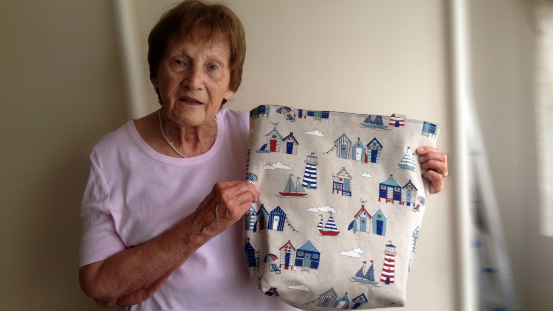 Ingrid Geier zeigt eine ihrer selbstgenähten Einkaufstaschen.