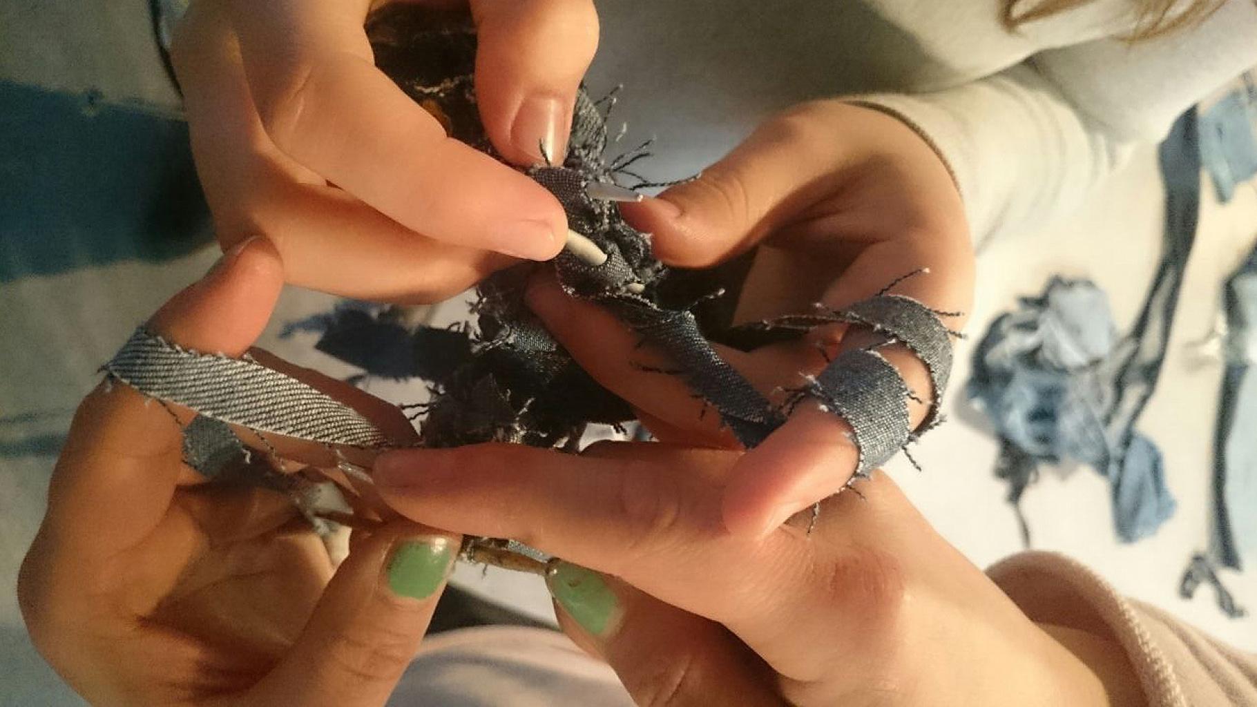 Fashion Revolution: Jeans-Strick-Aktion von Studierenden der HS Hannover im Oxfam Shop Hannover
