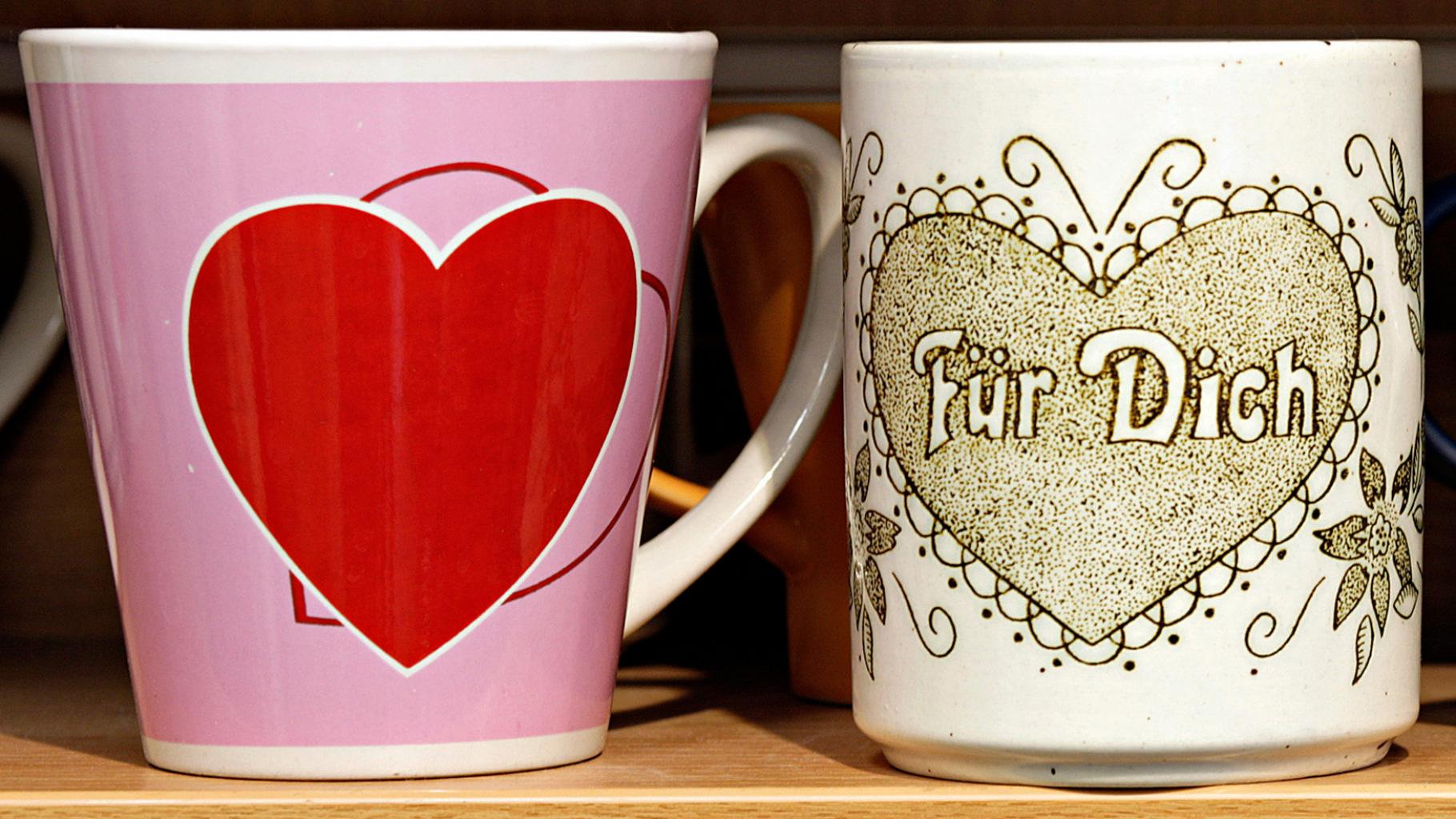 Kaffeebecher mit Herzen im Oxfam Shop
