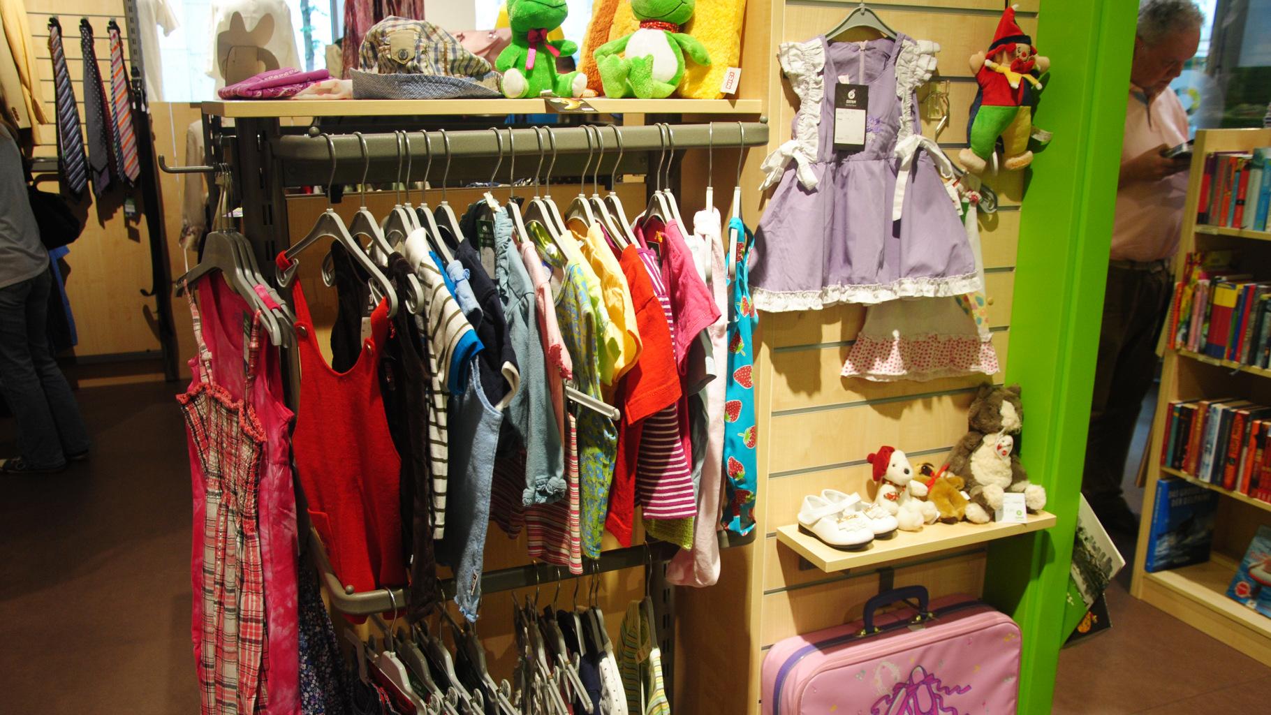 Kinderkleidung im Oxfam Shop