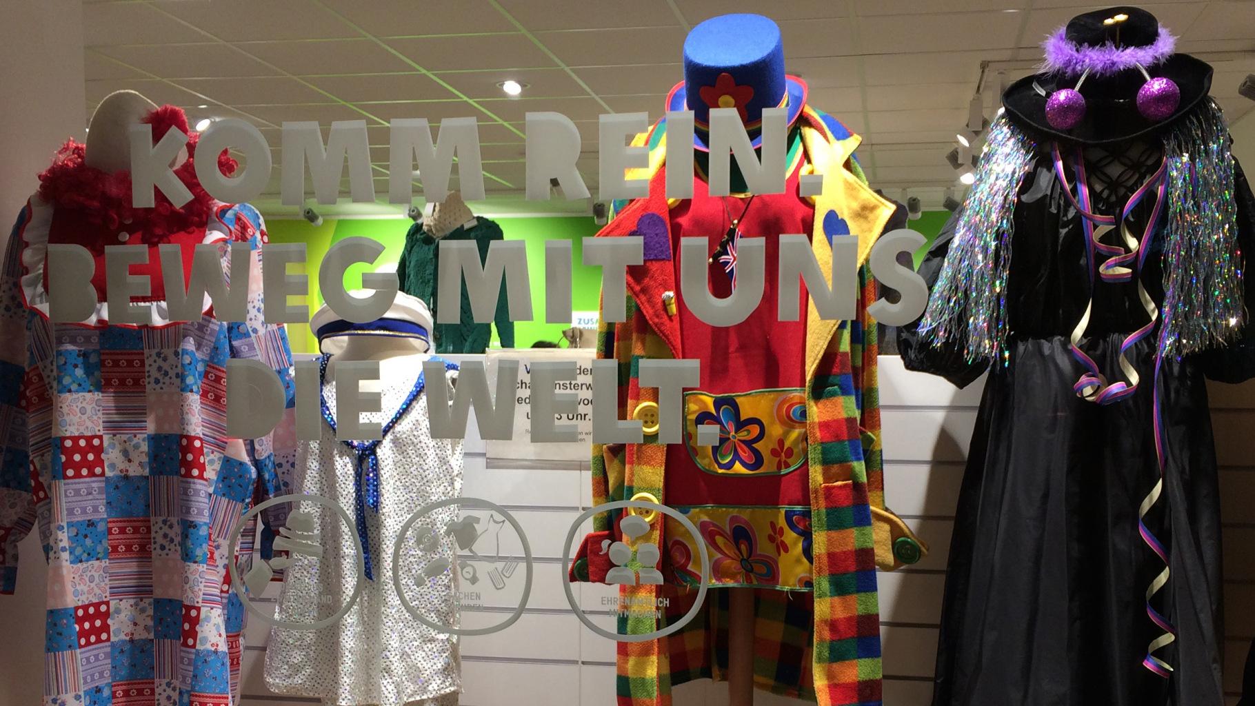 Karneval-Schaufenster eines Oxfam Shops