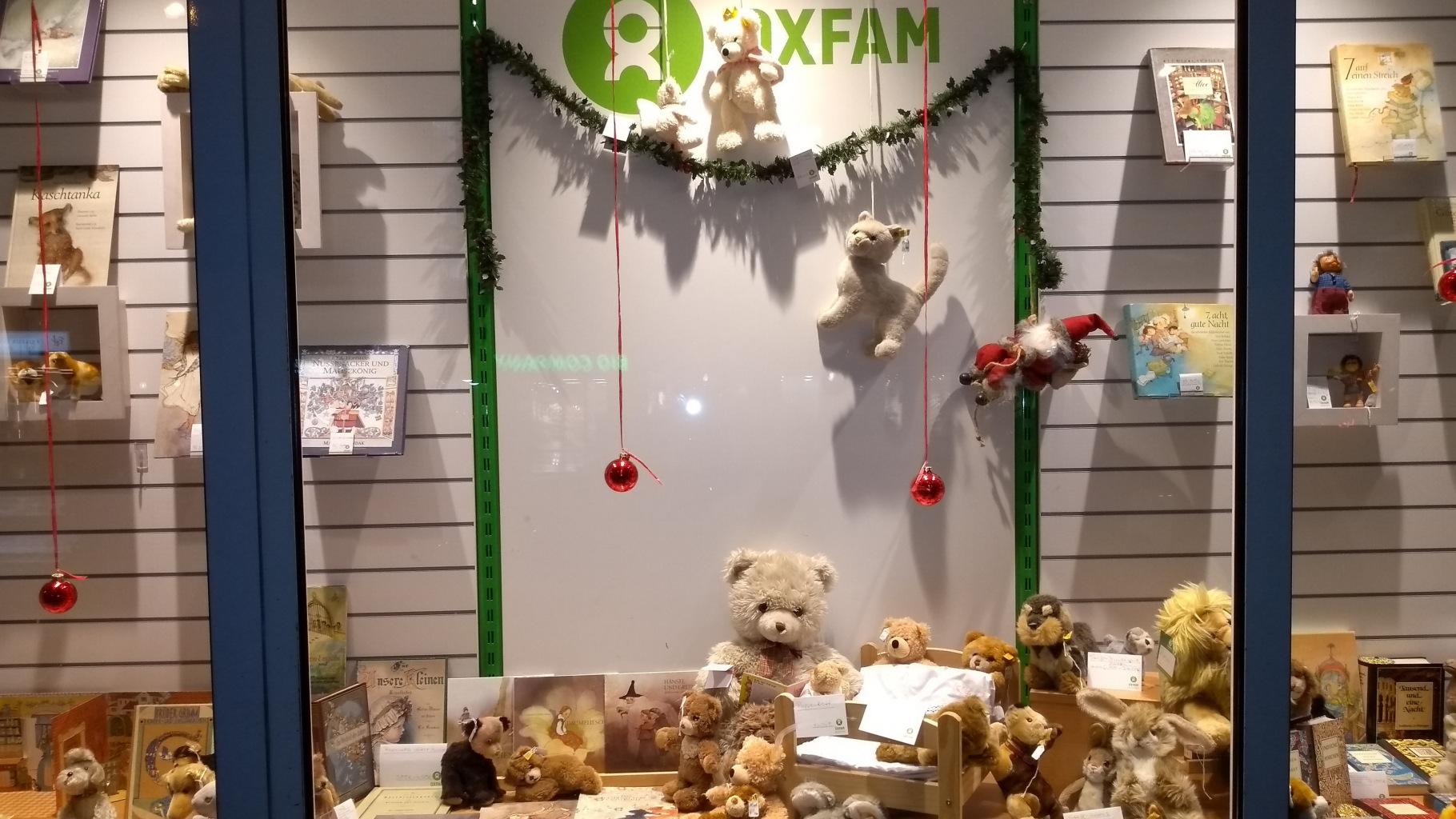 Stofftiere der Marke Steiff im Schaufenster eines Oxfam Shops