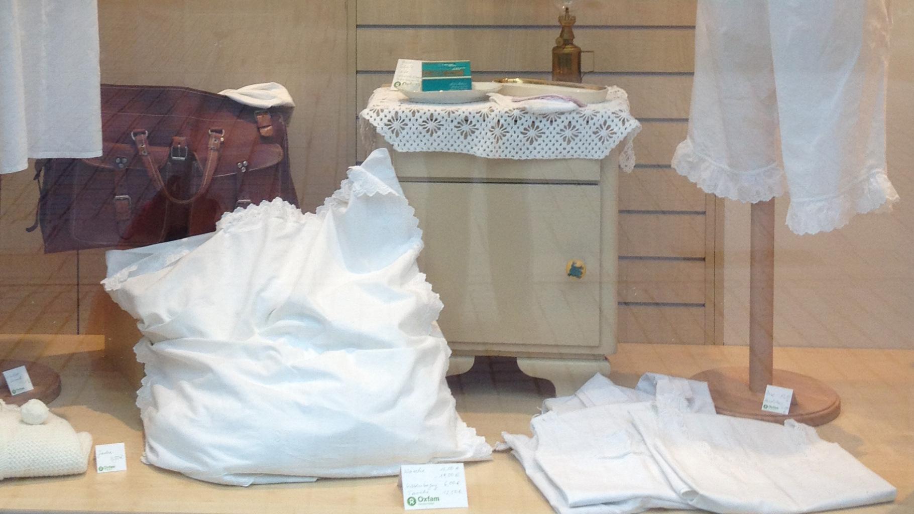 Weißwäsche gibt es im Oxfam Shop