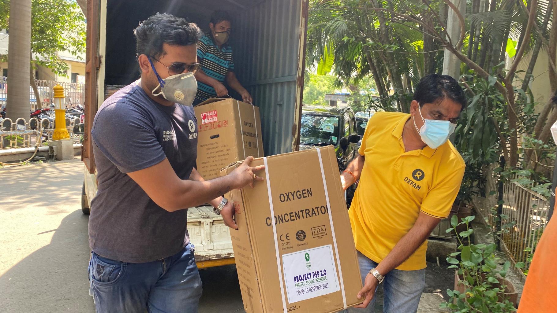 Oxfam-Mitarbeiter Nikhil Wagh und Parmeshwar Patil liefern einen Sauerstoffkonzentrator an das Yashwantrao Chavan Memorial Hospital in Pune