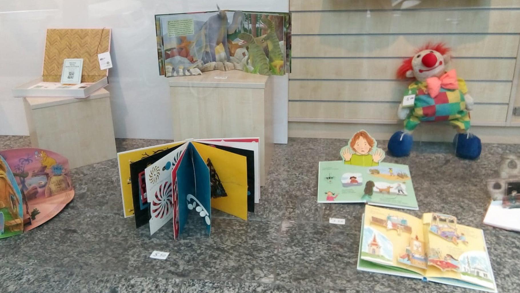 Pop-up-Bücher im Schaufenster des Oxfam Shops in Berlin-Schöneberg
