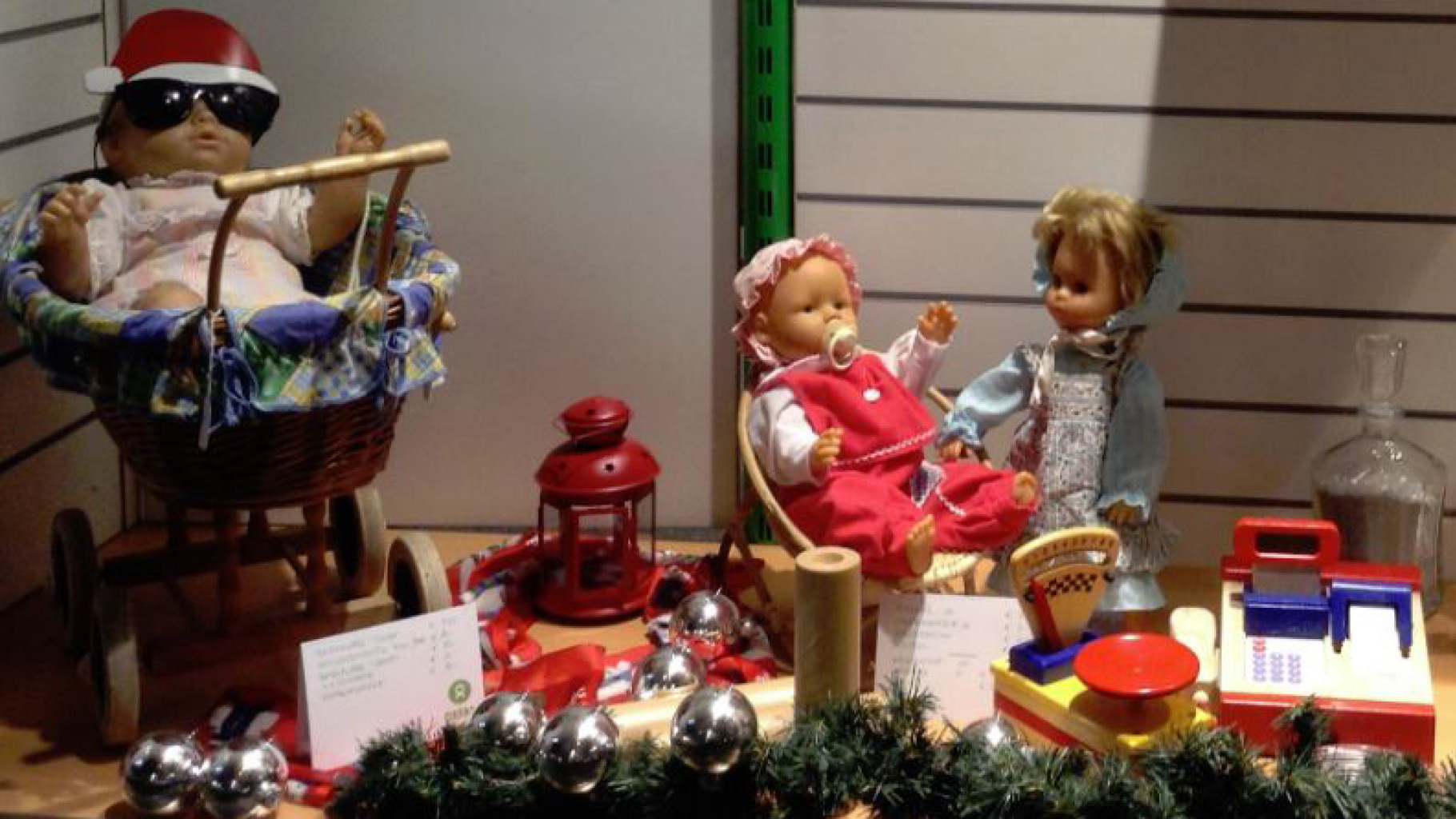 weihnachtliches Schaufenster eines Oxfam Shops