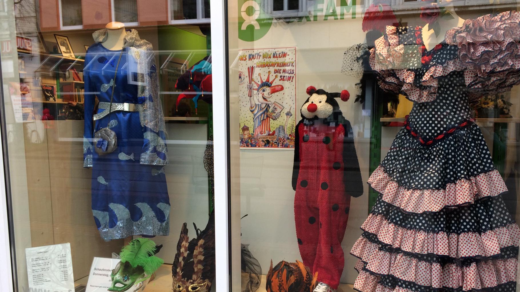 Sachen für den Fasching im Schaufenster eines Oxfam Shops