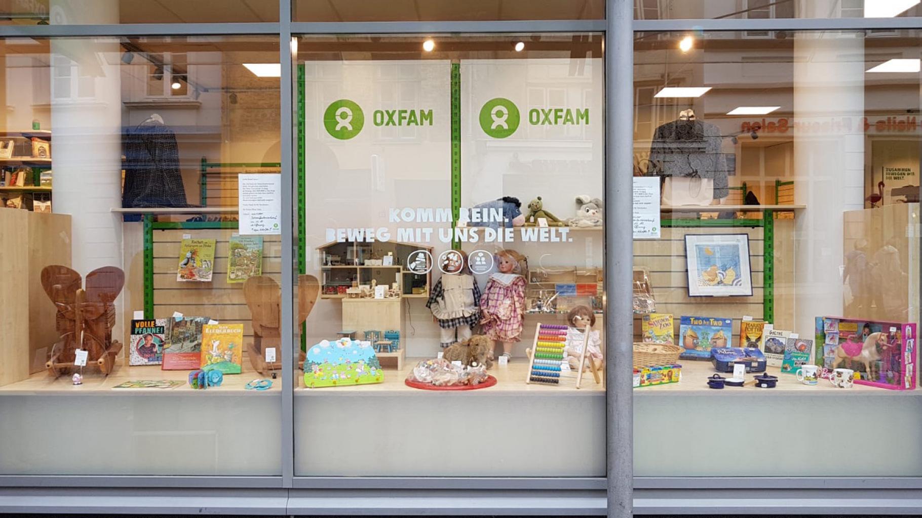 Kinderangebot im Schaufenster eines Oxfam Shops