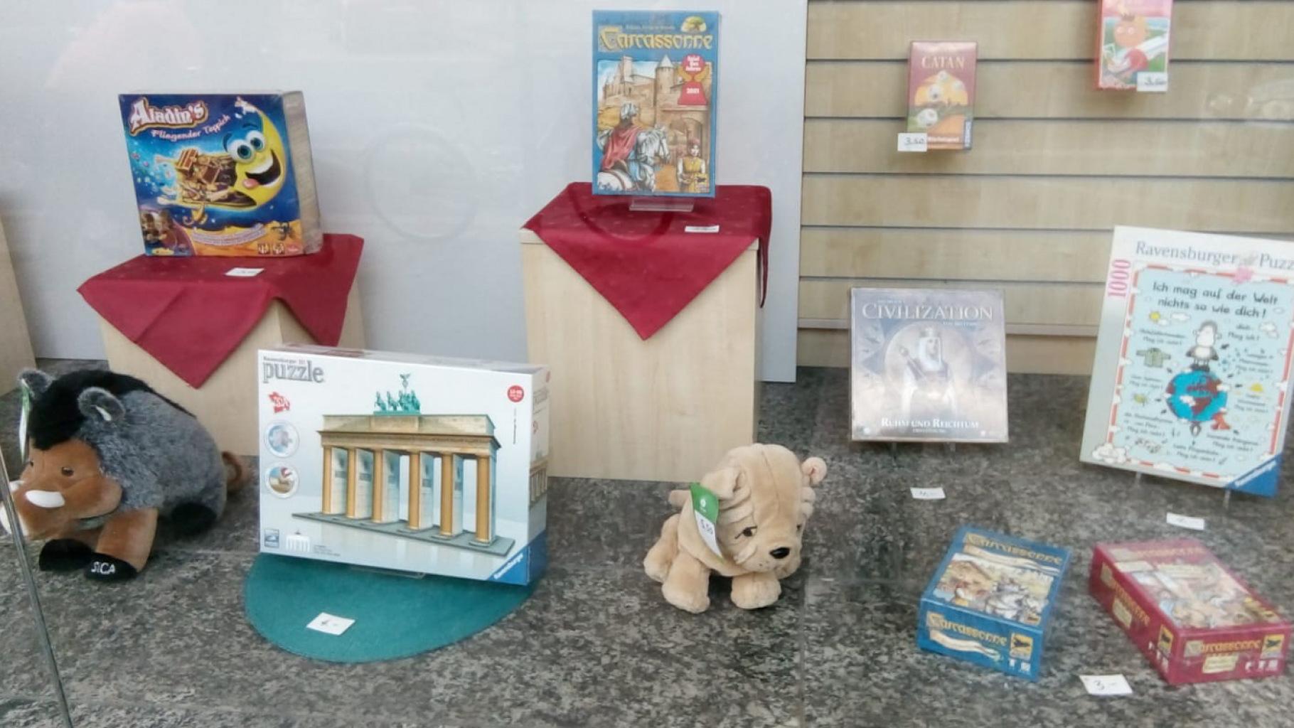 Oxfam-Schaufenster mit Spielsachen für Kinder