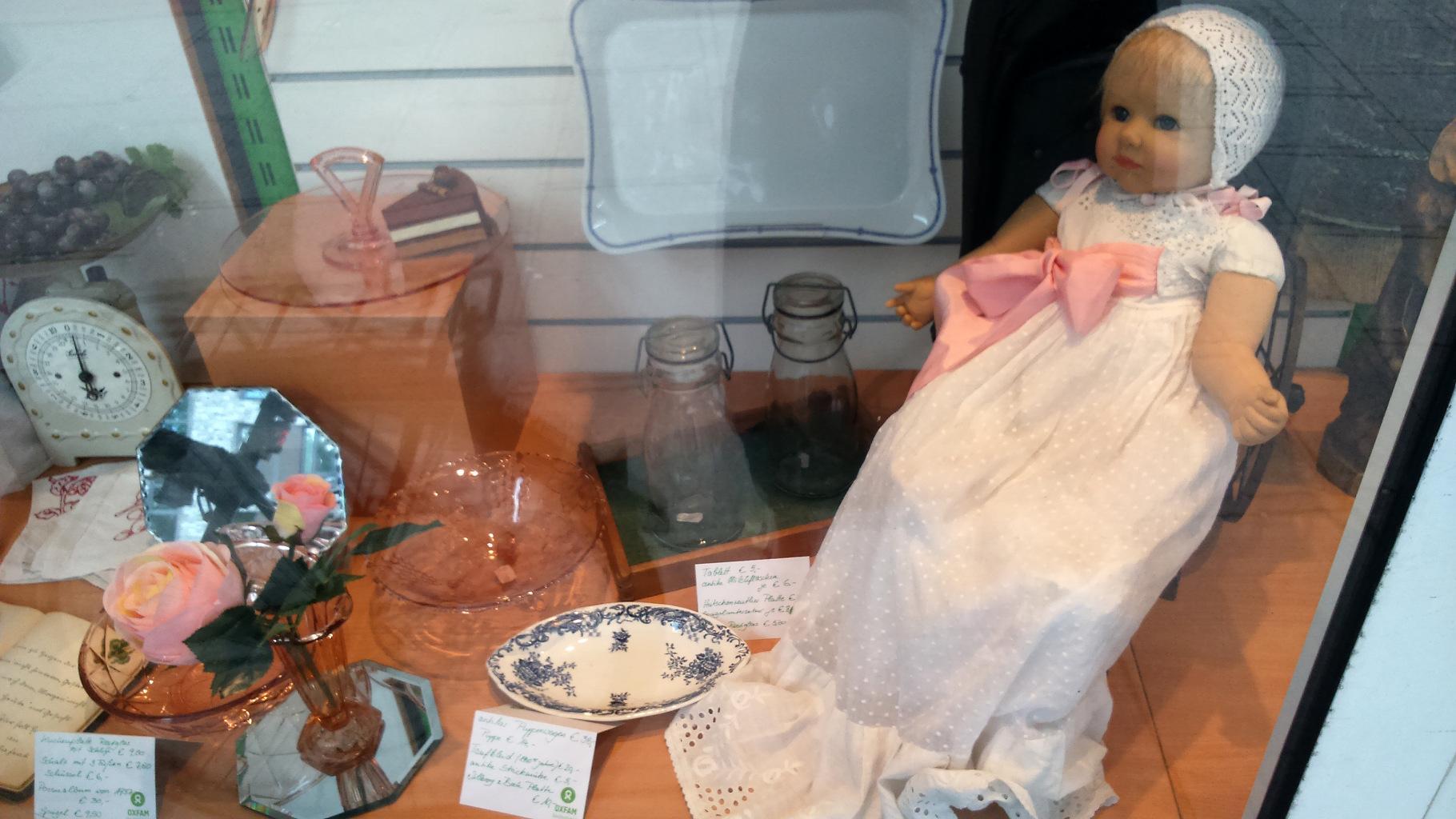 Trödel und Antikes im Schaufenster eines Oxfam Shops