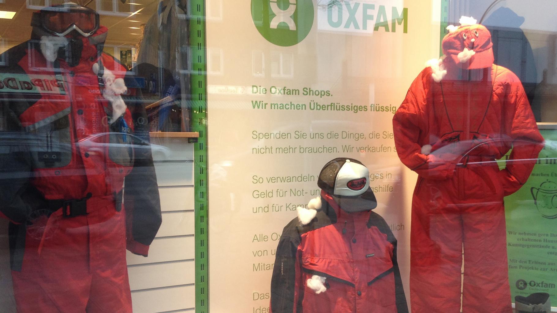 Wintersport- und Ski-Kleidung im Schaufenster eines Oxfam Shops