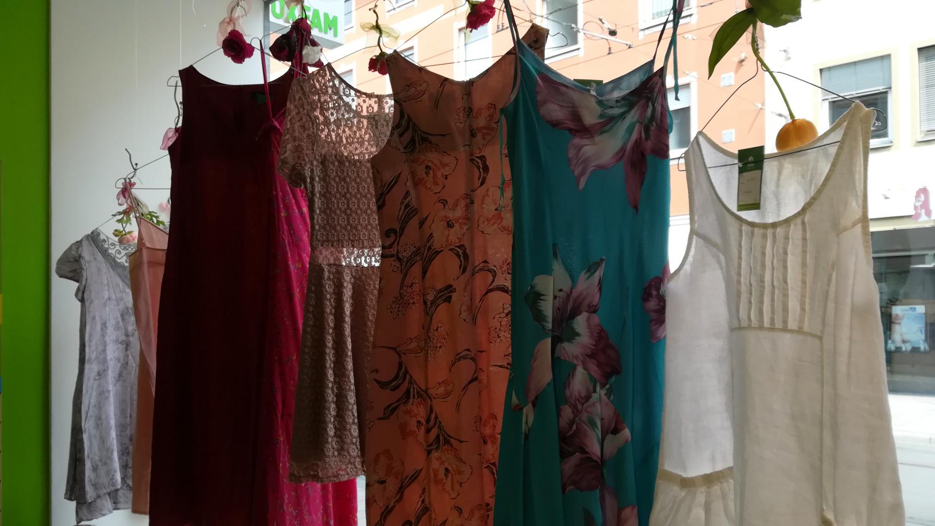 sommerliche Kleider im Oxfam Shop