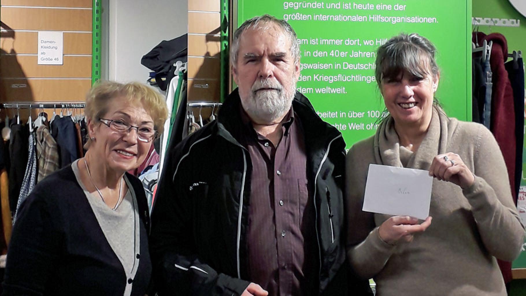 Spendenübergabe im Oxfam Shop Darmstadt: Heidi Queirard, Rolf Widlok und Ulrike Grimm (v.l.)