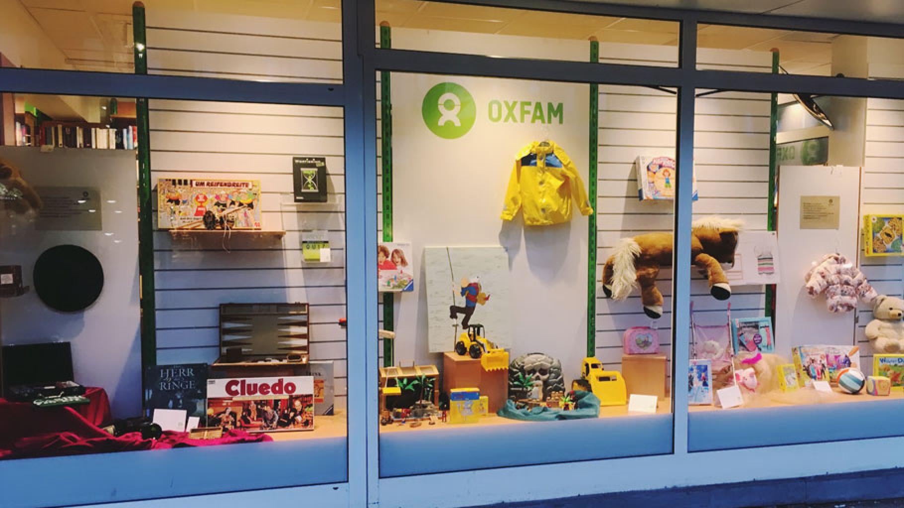 Spiele im Schaufenster eines Oxfam Shops