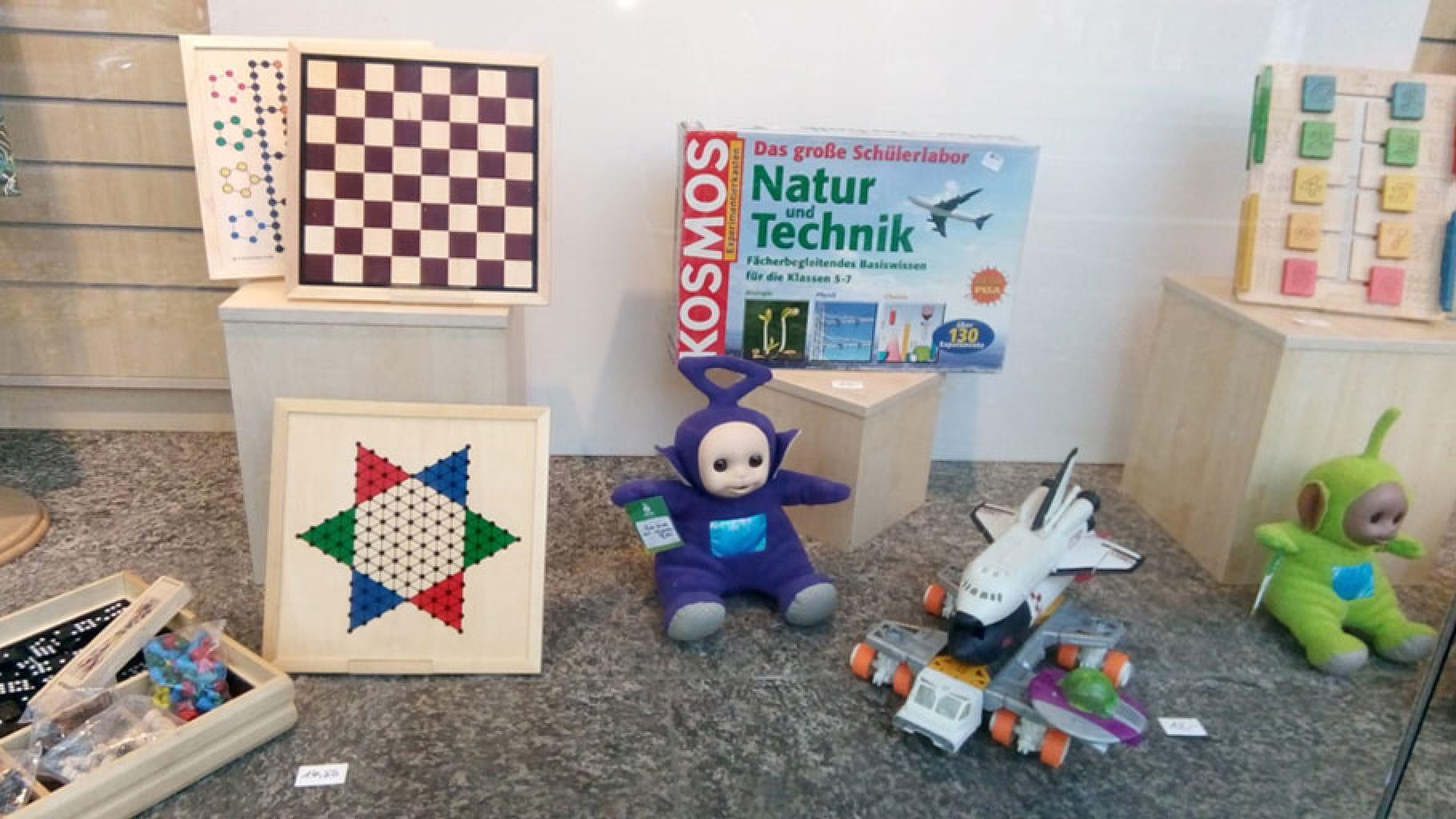 Spiele und Spielwaren im Schaufenster eines Oxfam Shops