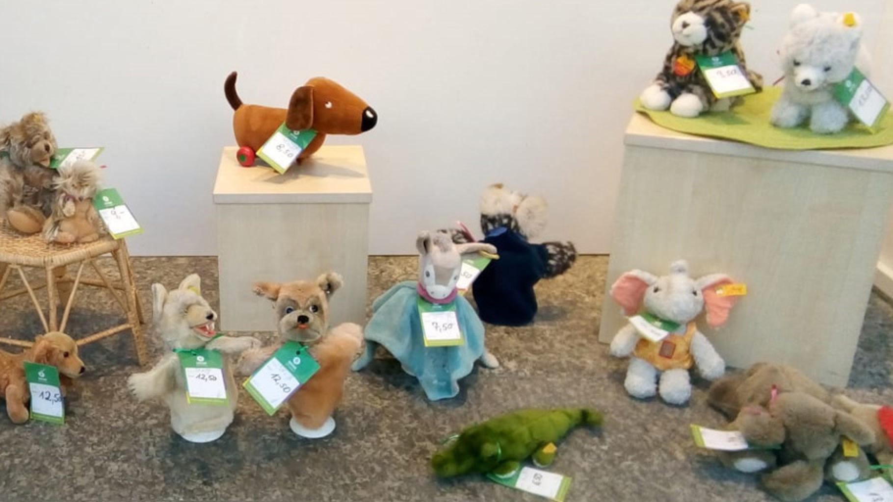 Stofftiere von Steiff im Schaufenster eines Oxfam Shops