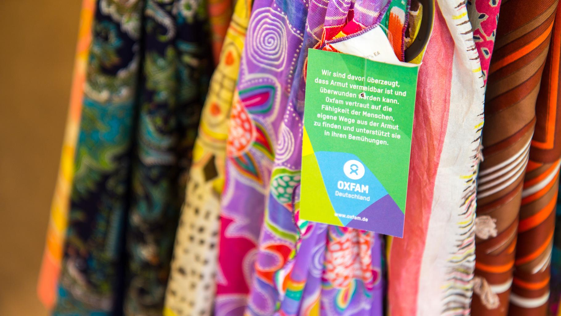 Tücher im Oxfam Shop
