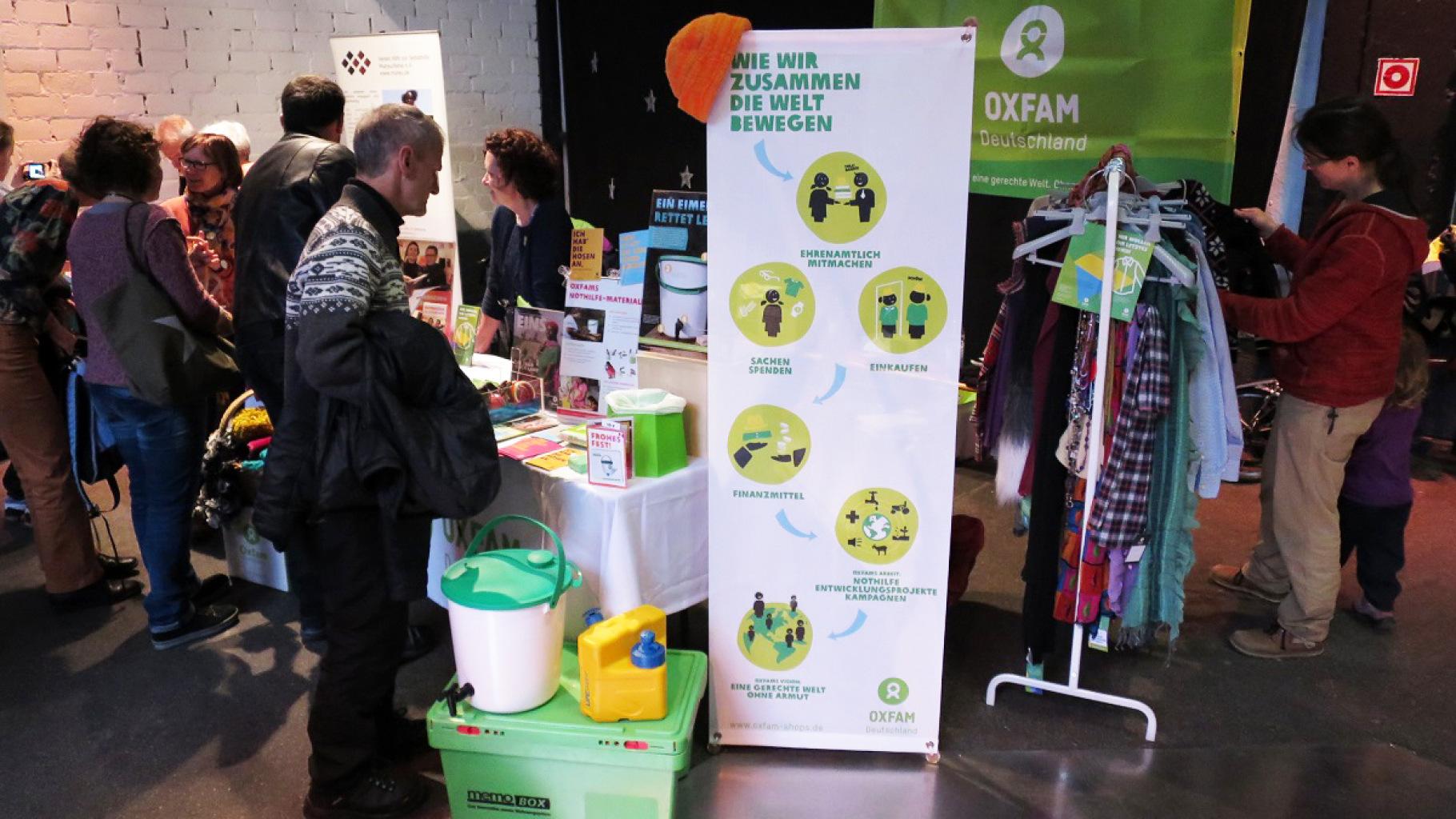 Besucher am Oxfam-Stand beim Allerweltsfest in Ulm 2016