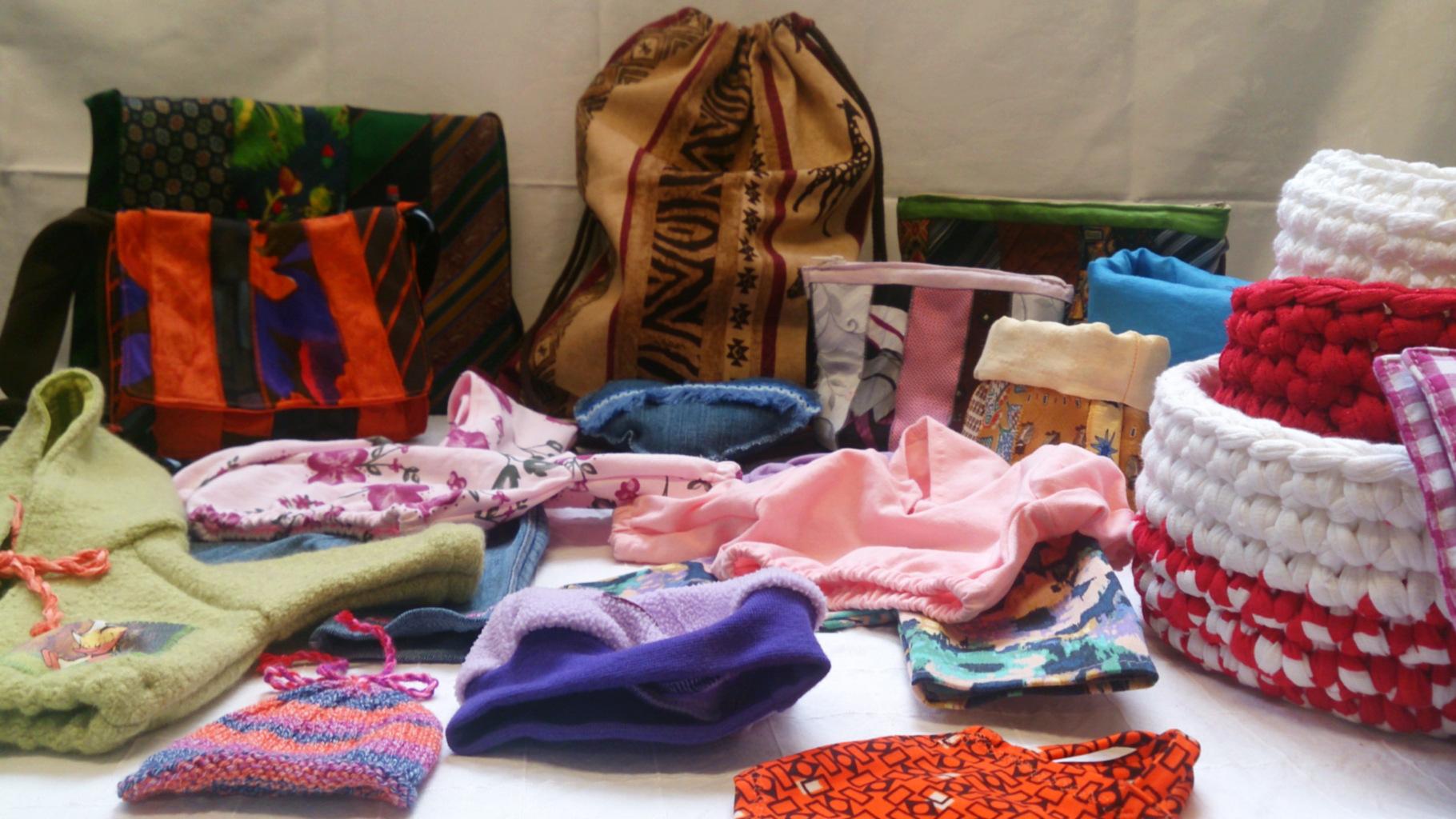 Upcycling: Ehrenamtliche haben im Oxfam Shop Karlsruhe aus unverkäuflichen Spenden neue Sachen gemacht.