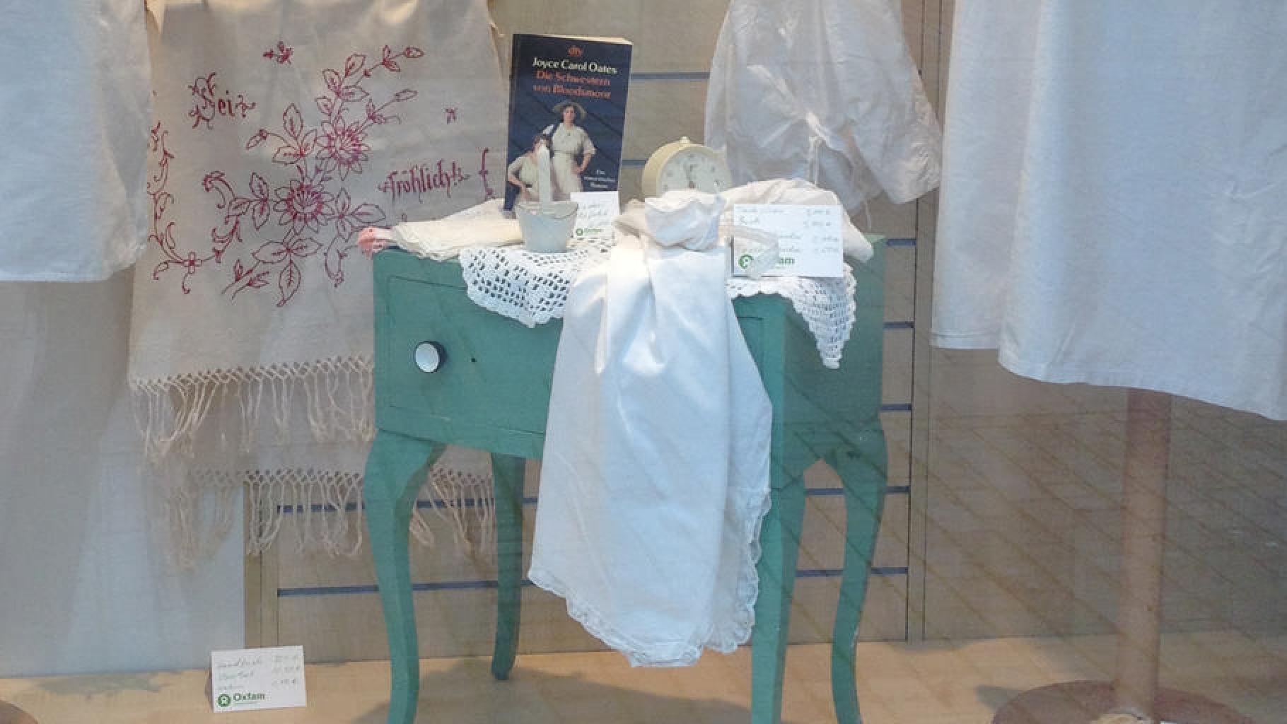 Weißwäsche und Spitze im Oxfam Shop