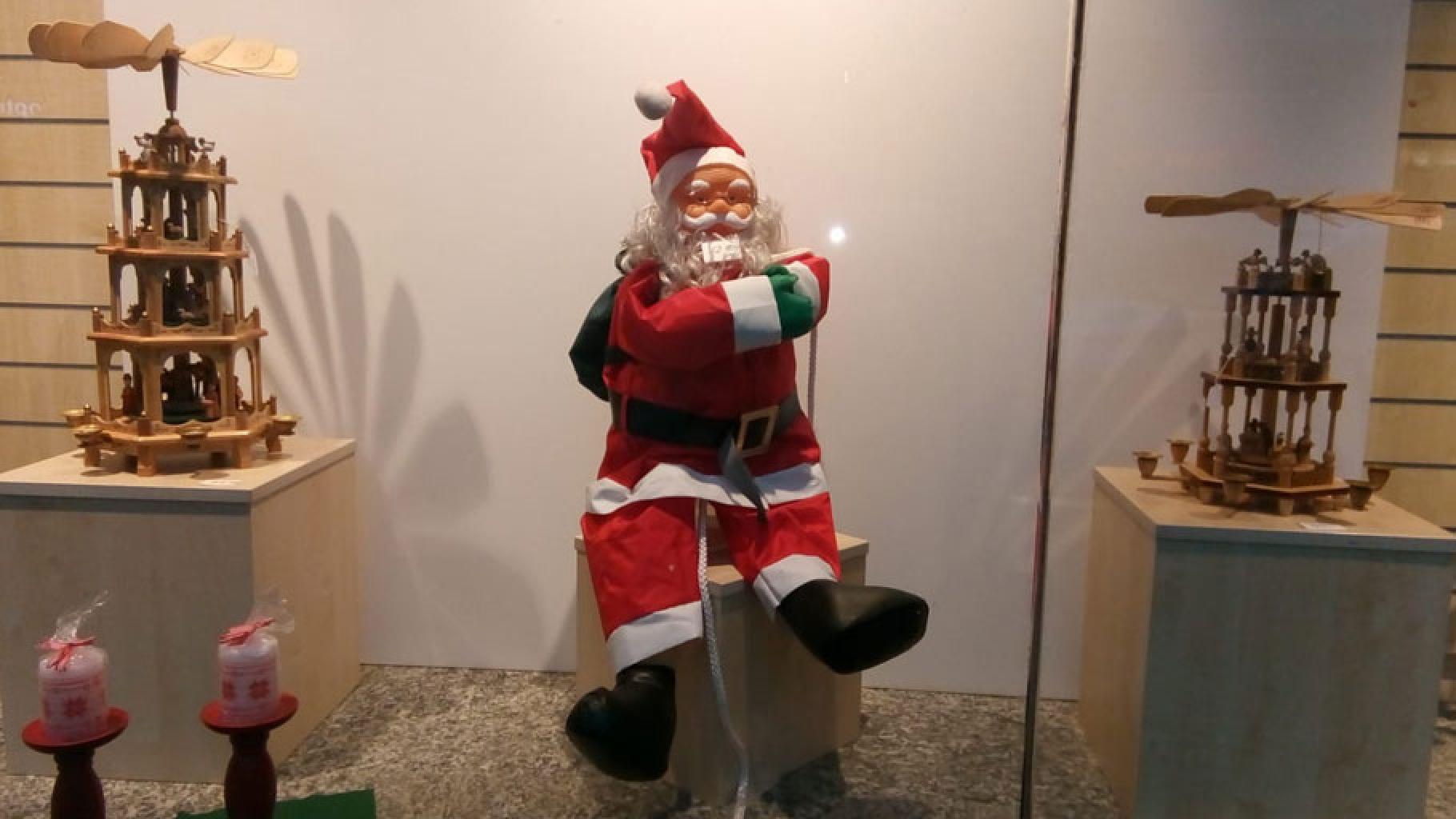 Weihnachtliche Deko im Schaufenster eines Oxfam Shops