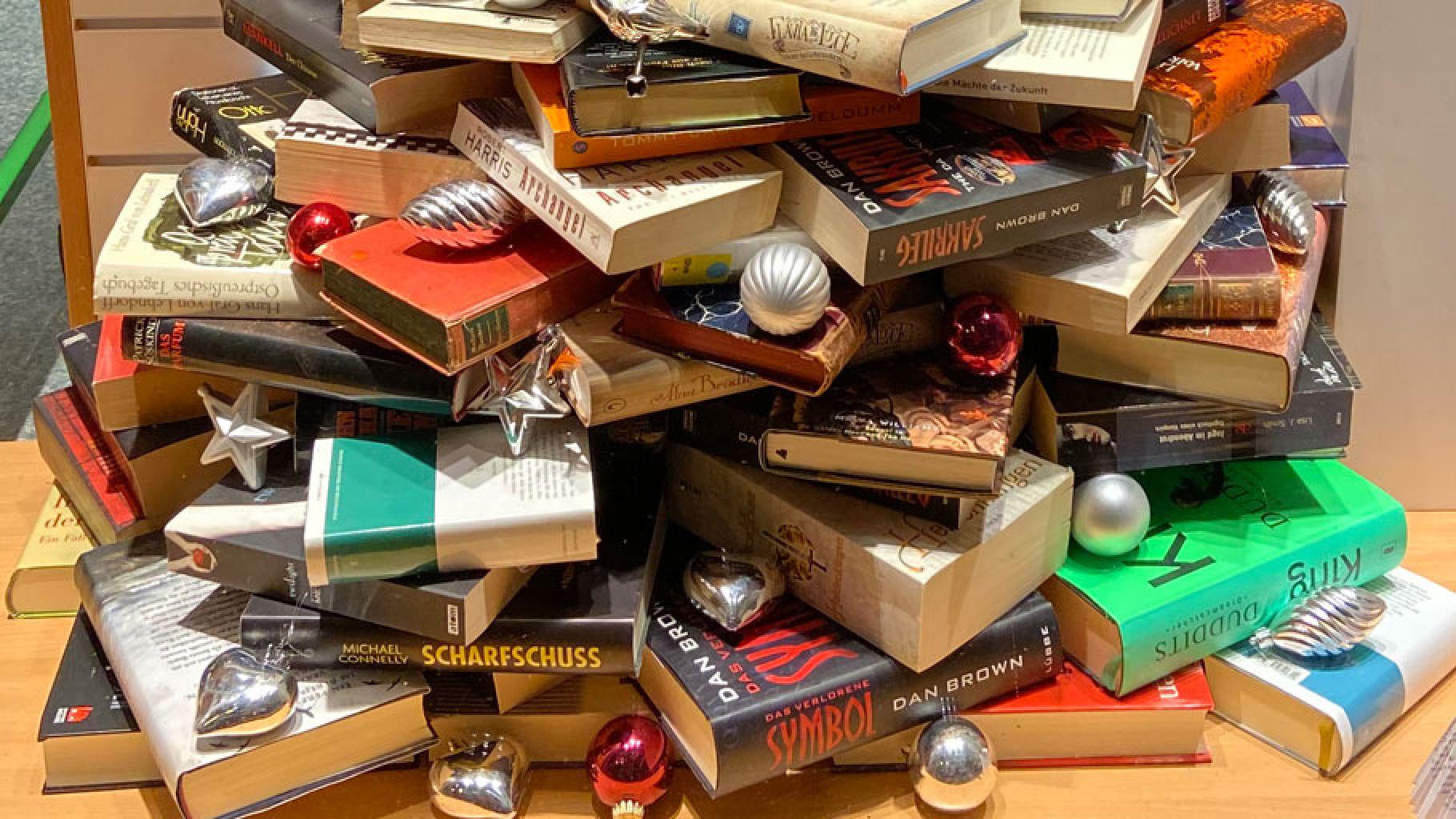 Weihnachtsbaum aus Büchern im Oxfam Shop