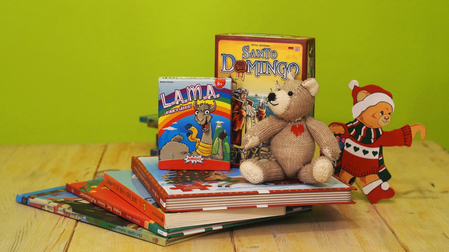 weihnachtliche Bücher, Spiele und Spielzeug im Oxfam Shop