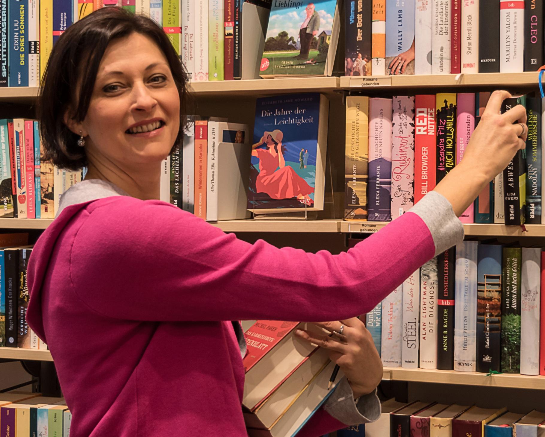 Die Ehrenamtliche Brit Nowaczyk im Oxfam Shop Dresden