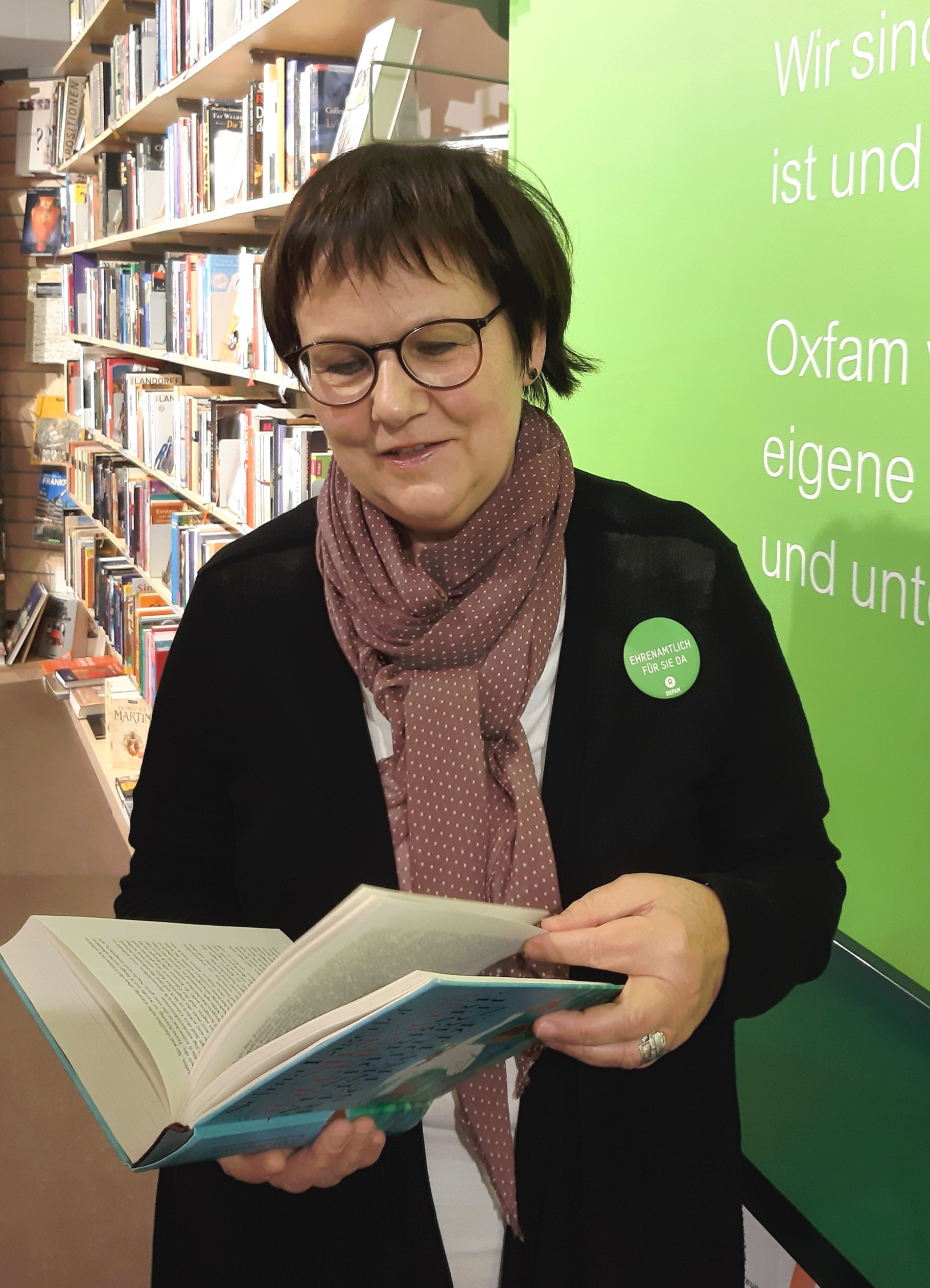 Ehrenamtliche Claudia Arnhold im Oxfam Shop in Erfurt