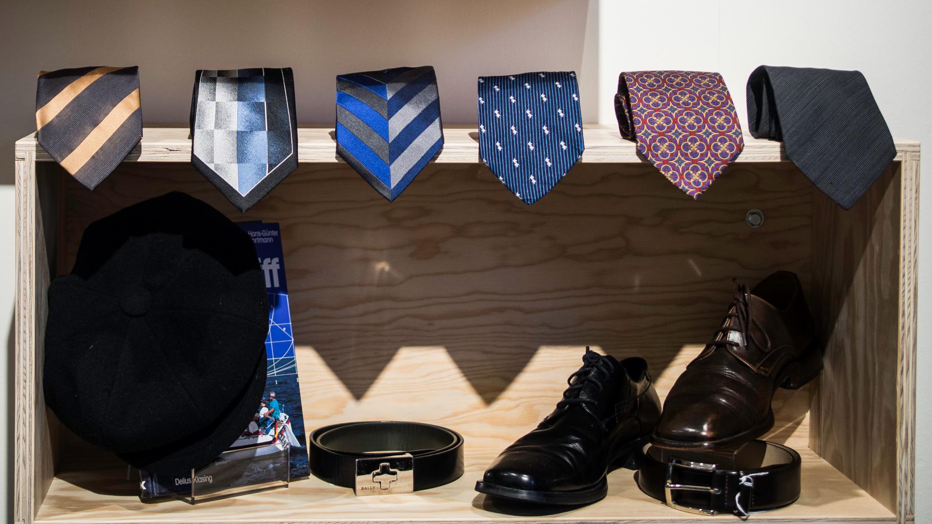 Herrenschuhe, Gürtel und Krawatten im Oxfam Shop