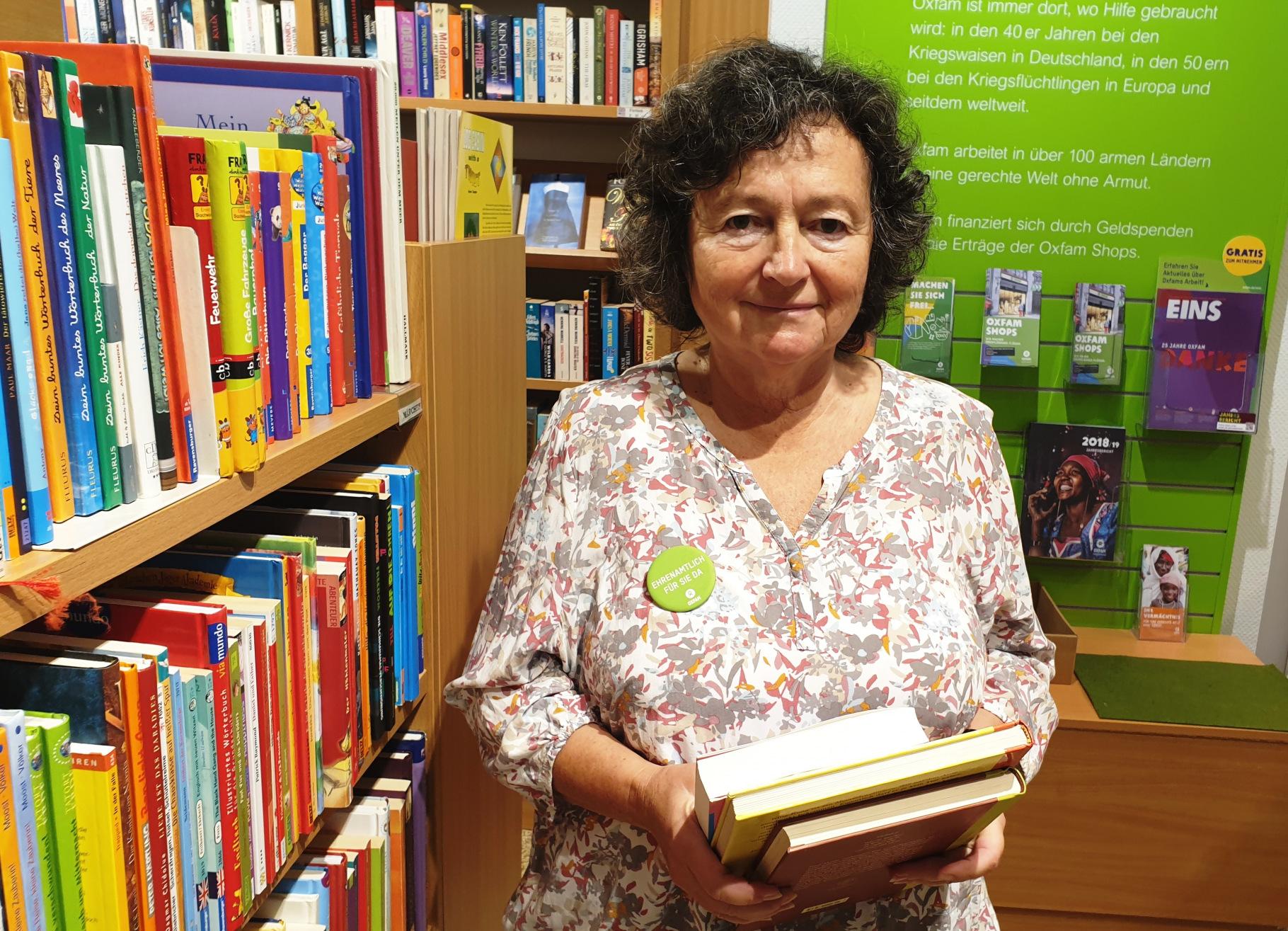 Ehrenamtliche Irmgard Matthes-Borufka im Oxfam Buchshop Darmstadt