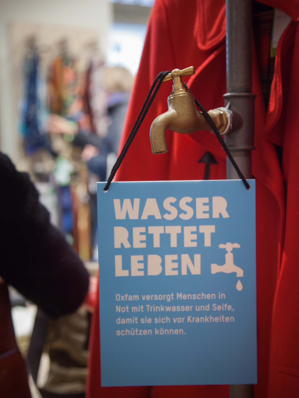 Wasserrohr als Kleiderstangen im Oxfam Shop: Wasser rettet Leben