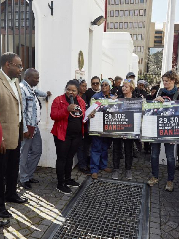 Gabriele Sarteh (Mitte), Ehrenamtliche aus dem Oxfam Shop Bonn, zusammen mit Oxfams südafrikanischer Partnerorganisation Women on Farms vor dem Parlament in Kapstadt