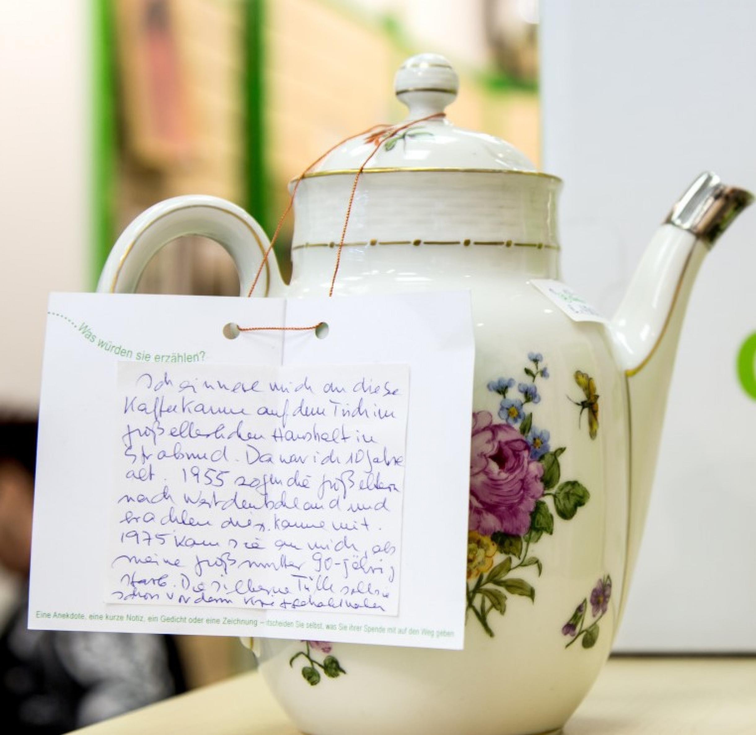 eine Kanne im Oxfam Shop – mit ihrer Geschichte